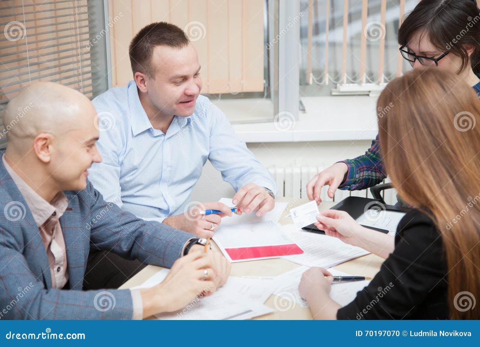 Affärsfolket diskuterar ett projekt