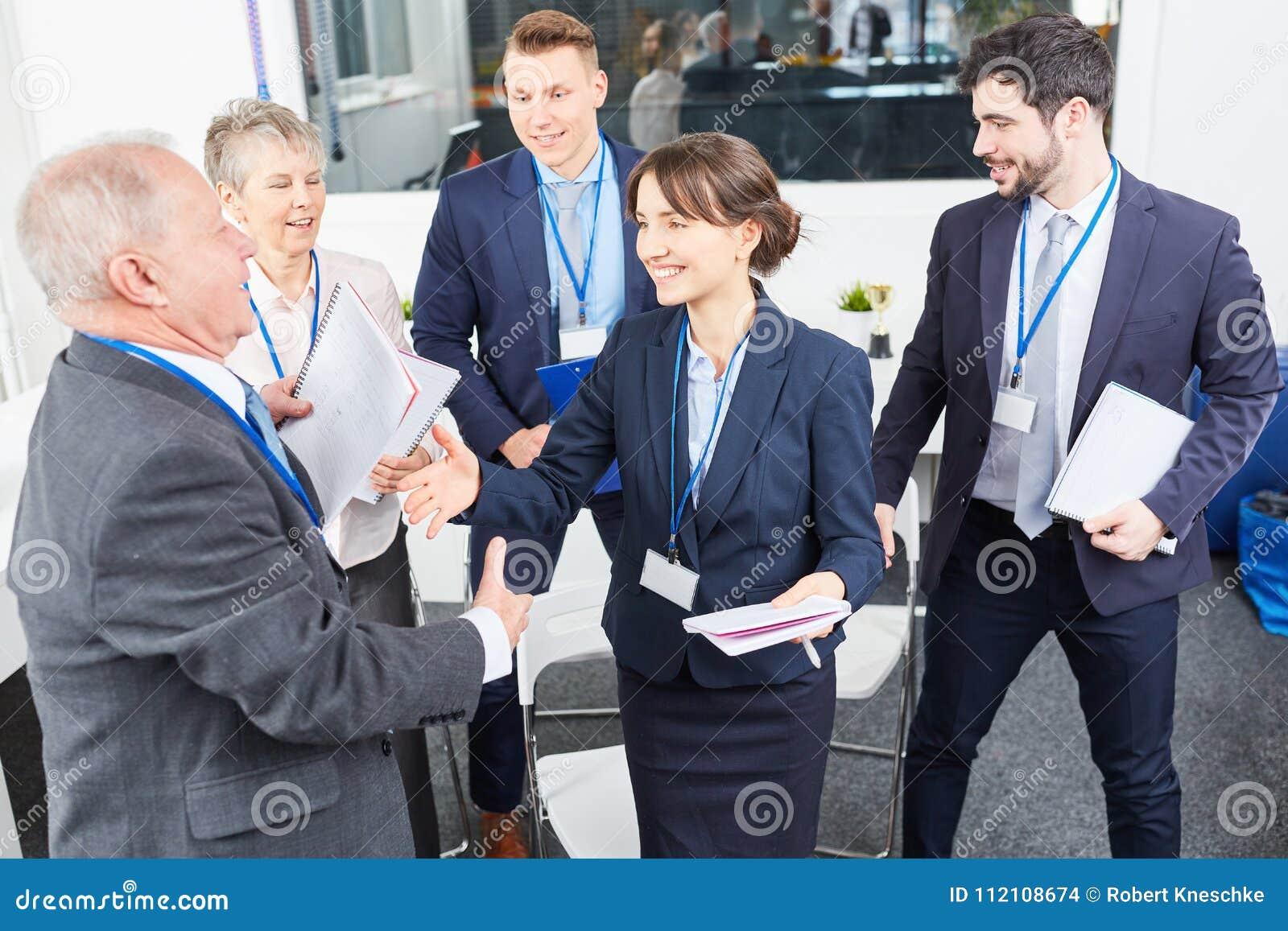 Affärsfolket gratulerar affärskonsulenten