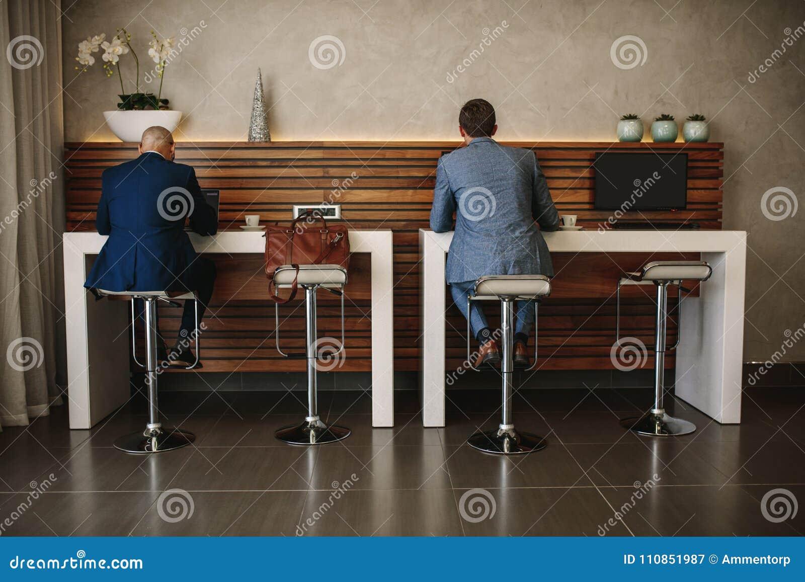 Affärsfolket på cyberen tränga någon i internationell flygplats