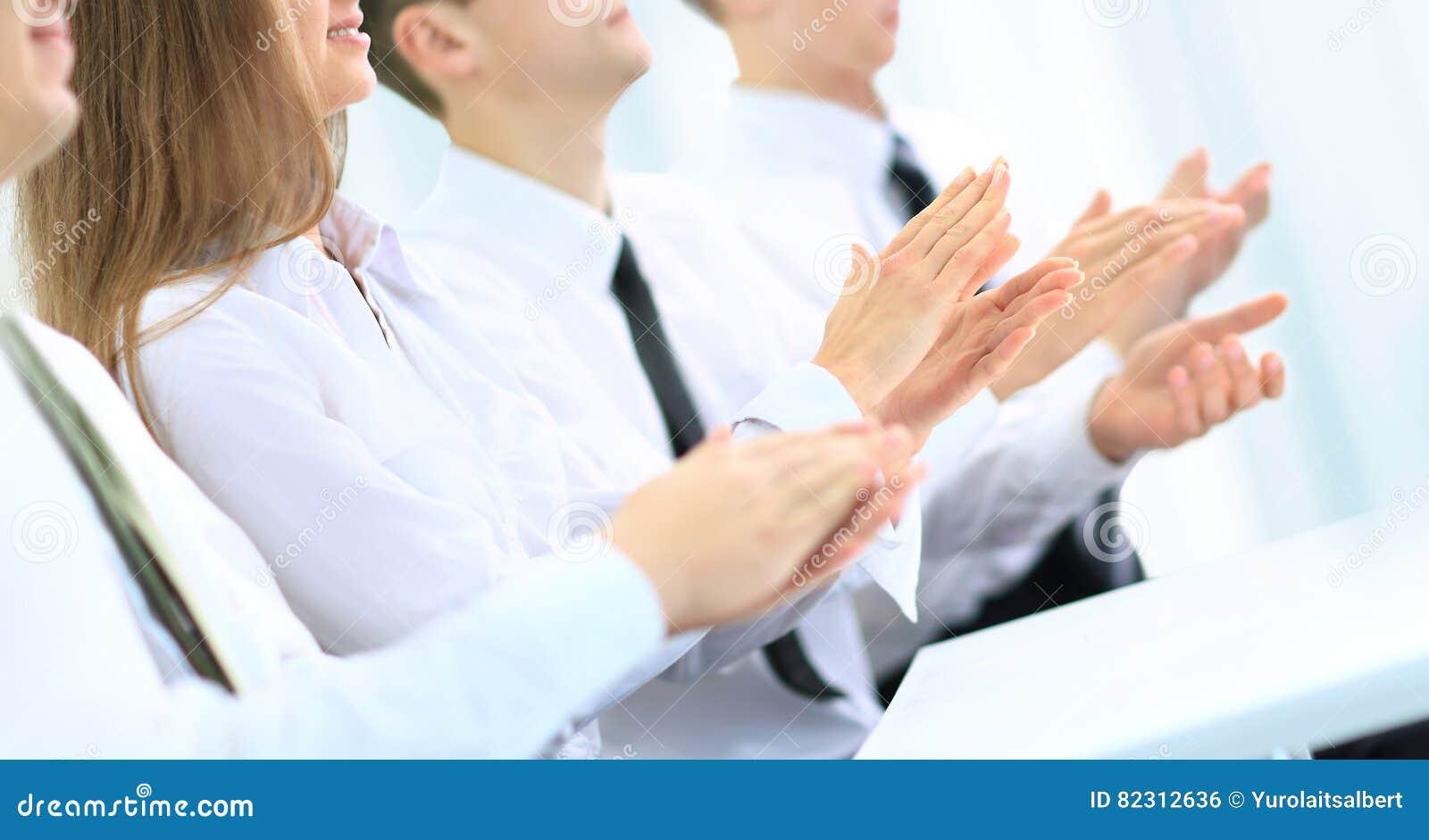 Affärsgrupp människor som applåderar händer under ett möte