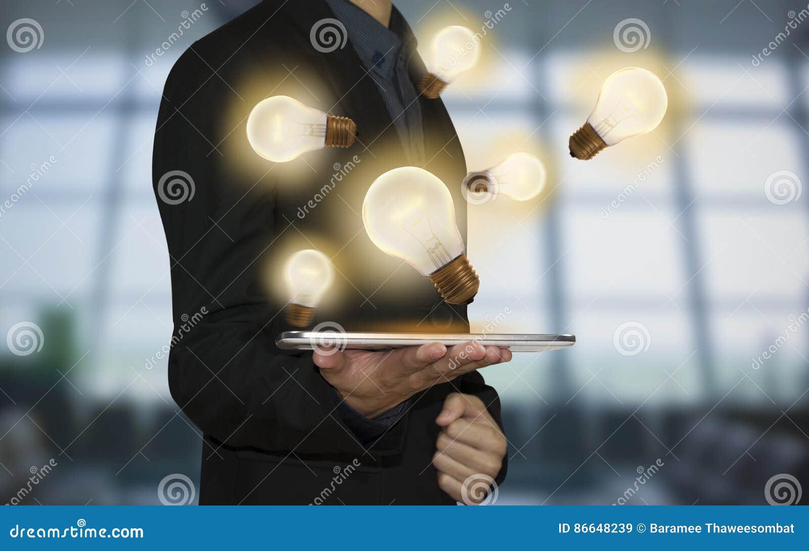 Affärshand som rymmer den ljusa kulan Begrepp av nya idéer