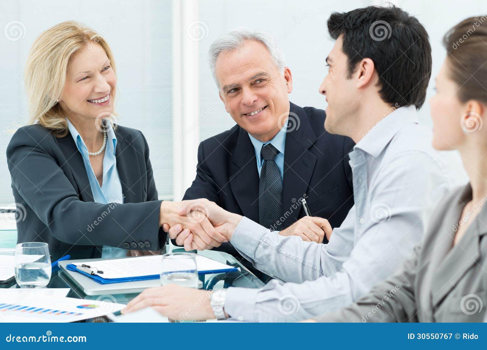 Affärshandskakning som förseglar ett avtal