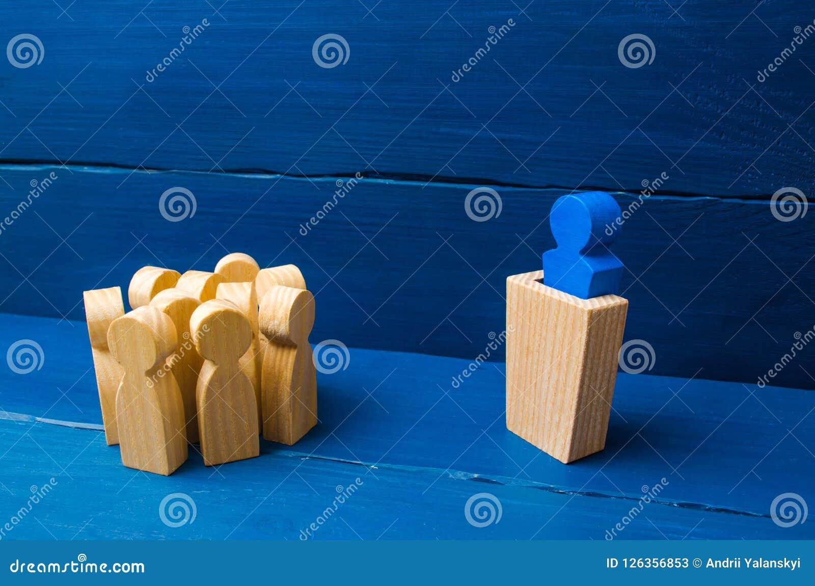 Affärsidé av ledaren och ledarskapkvaliteter, folkmassaledning, politisk debatt och val Tre personer bak deras baksidor kugghjul,