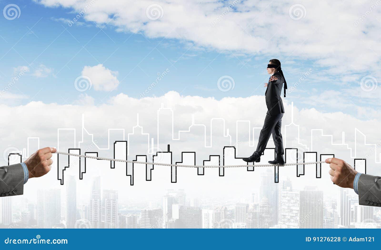 Affärsidé av riskservice och hjälp med mannen som balanserar på rep