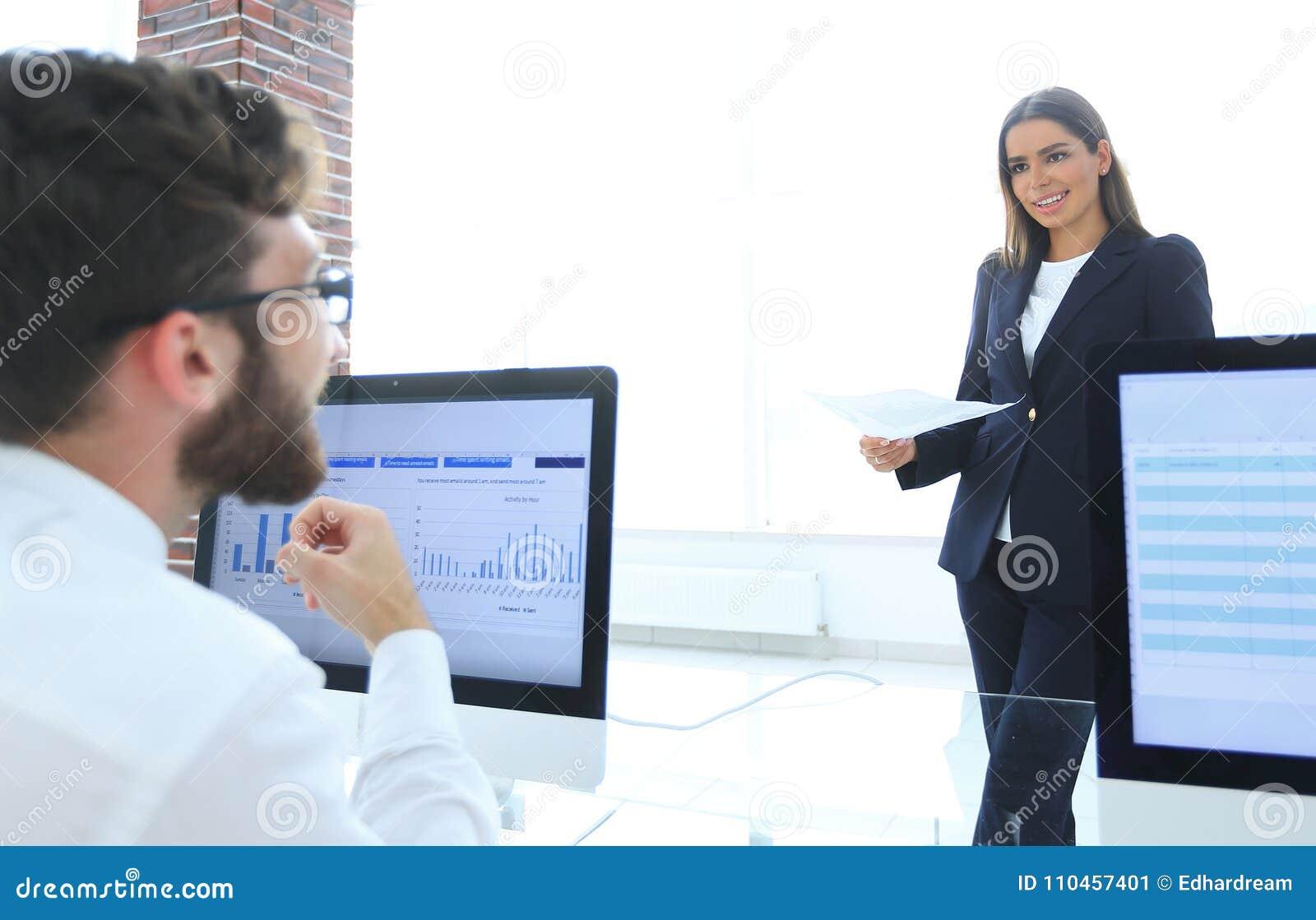 Affärskollegor som arbetar med finansiella dokument