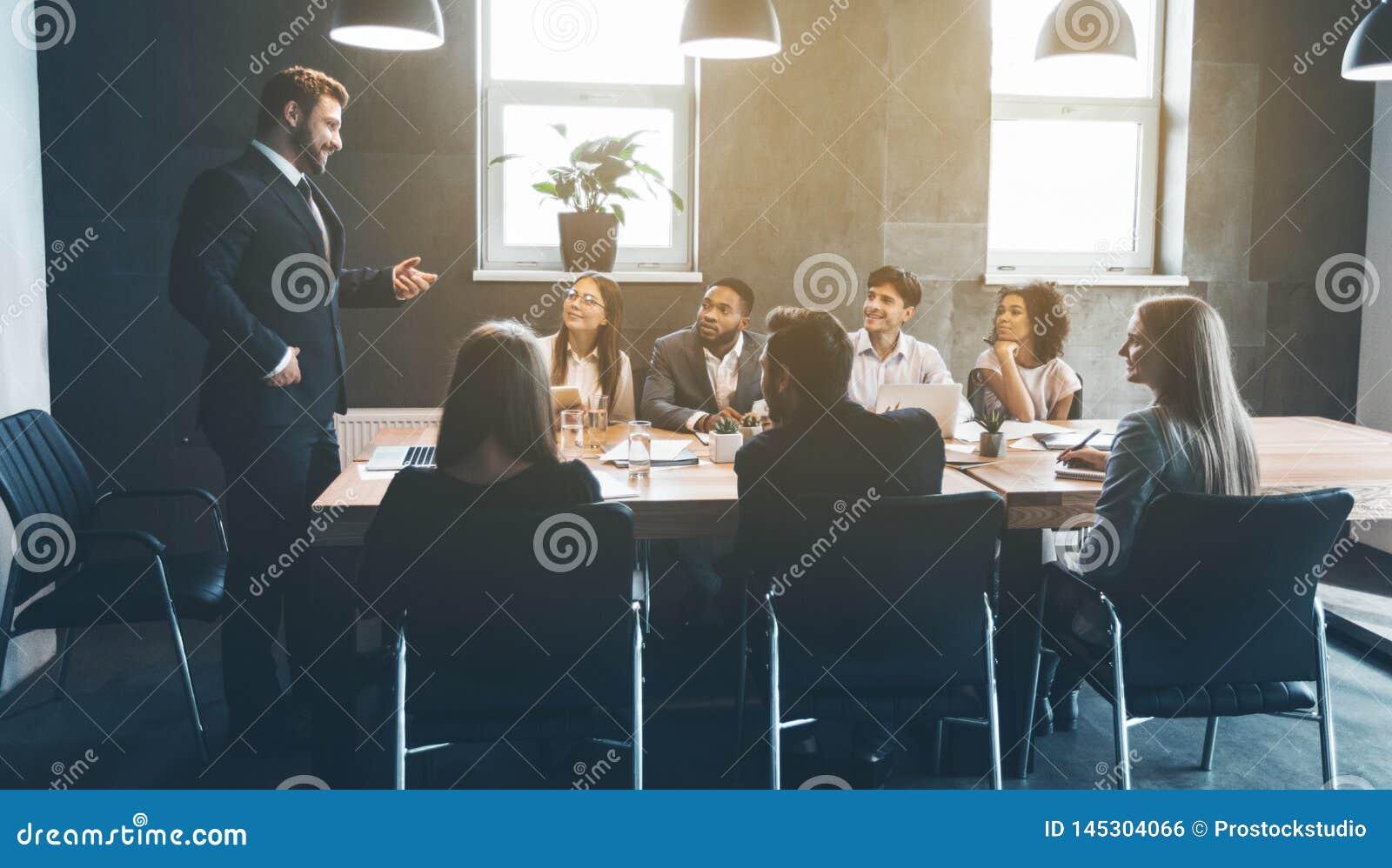 Affärskollegor som i regeringsställning diskuterar projektplan