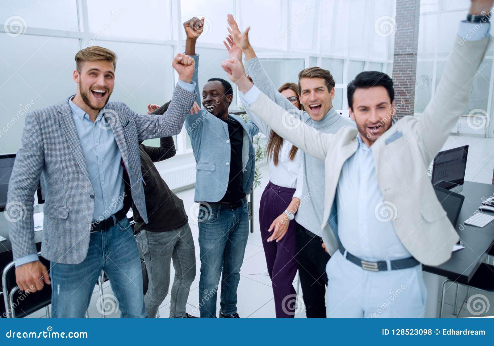 Affärskollegor som tillsammans sammanfogar deras händer