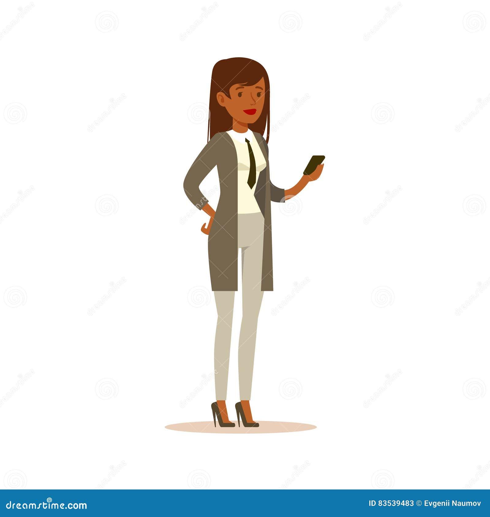 Affärskvinna Checking The Phone, affärskontorsanställd i officiellt bekläda för klänningkod som är upptaget på arbete som ler tec