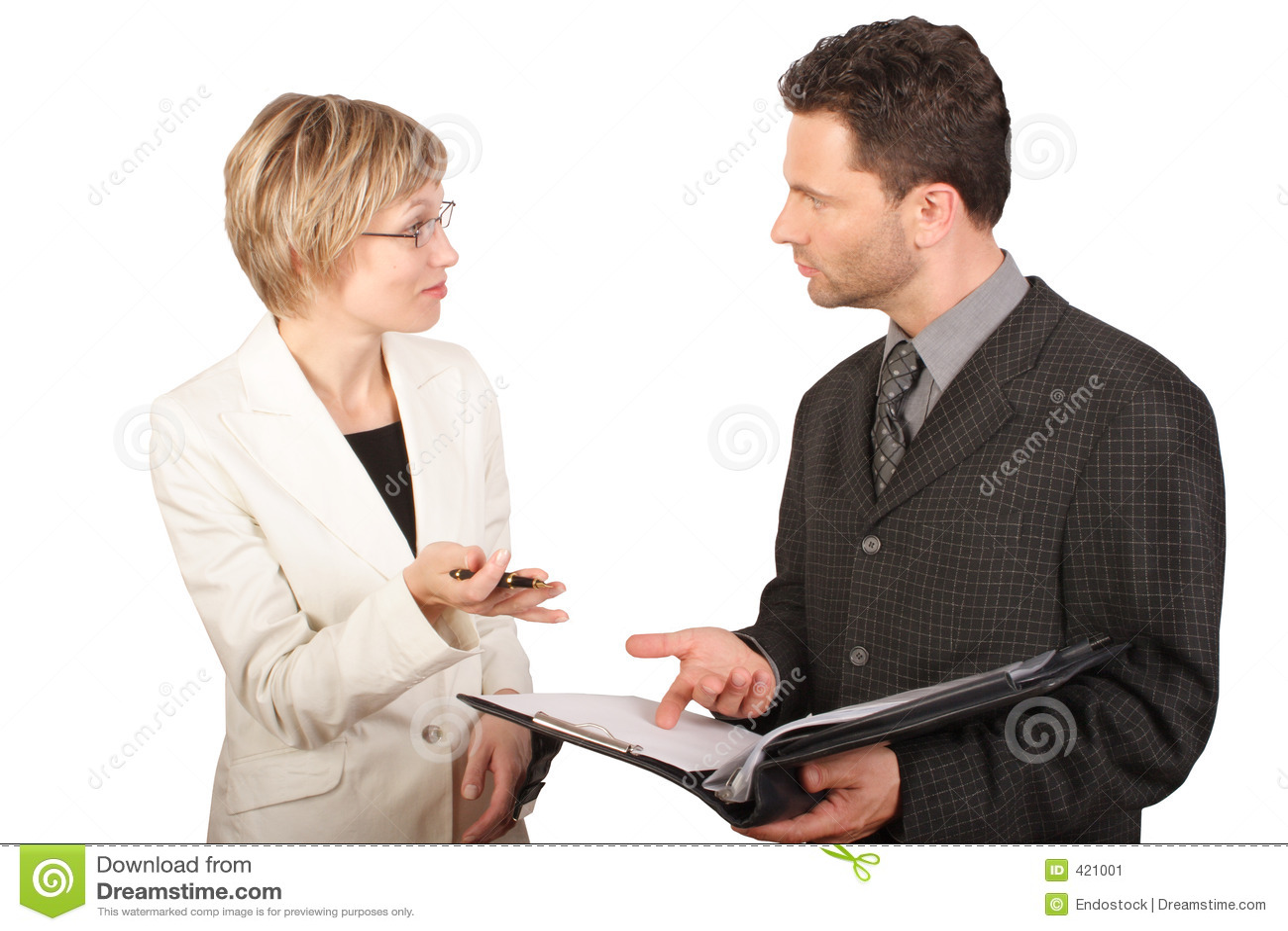 Affärskvinna henne deltagare som presenterar rapport till
