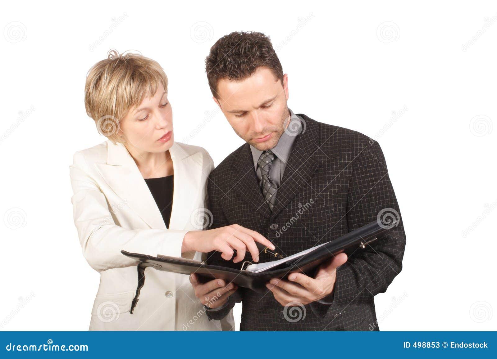 Affärskvinna henne deltagarerapport som visar till