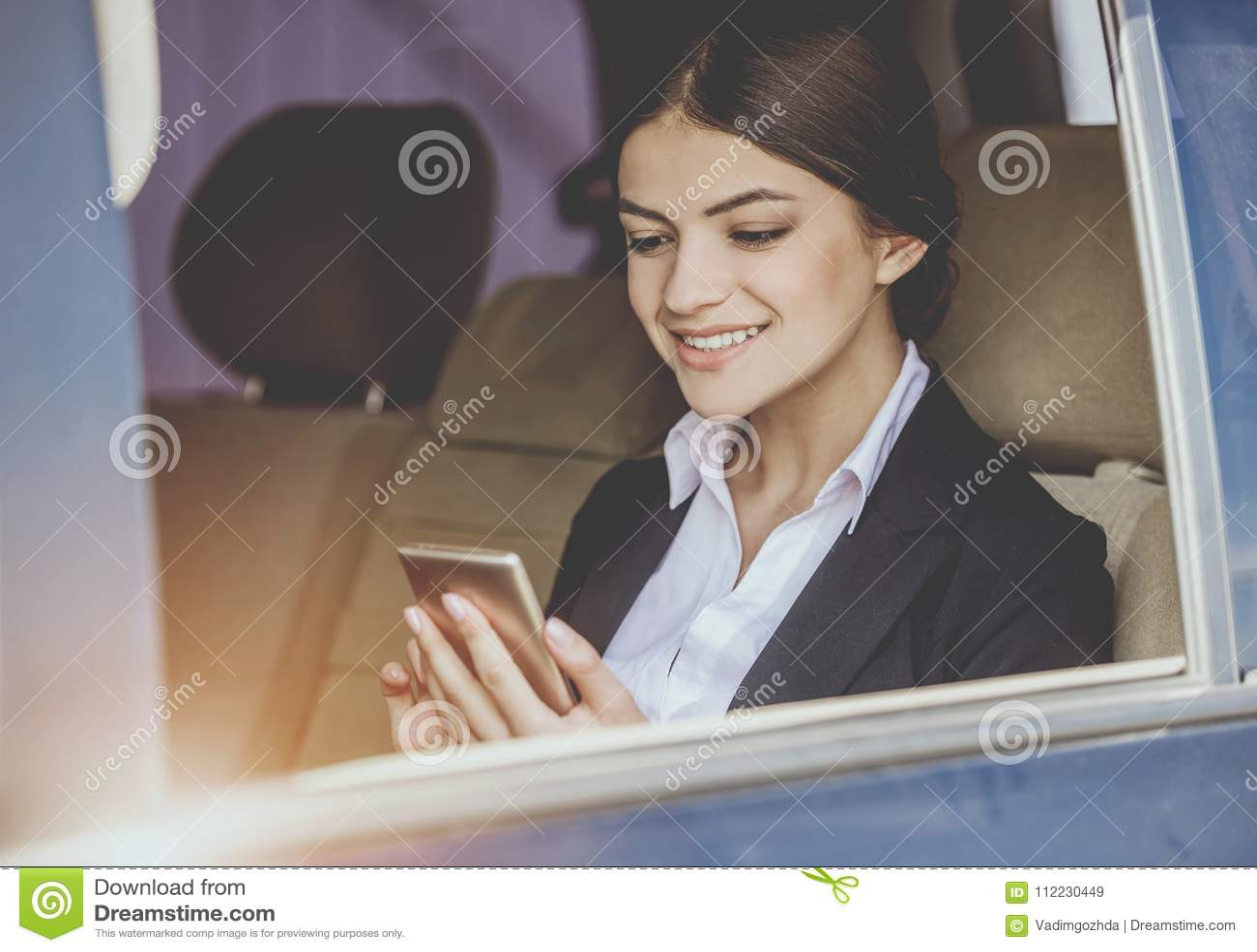 Affärskvinna i bilen
