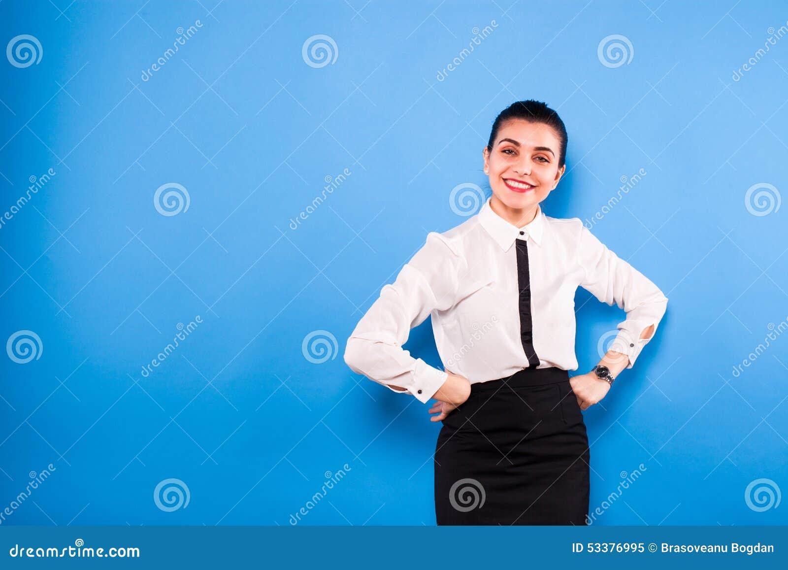 Affärskvinna i formella kläder på blå bakgrund