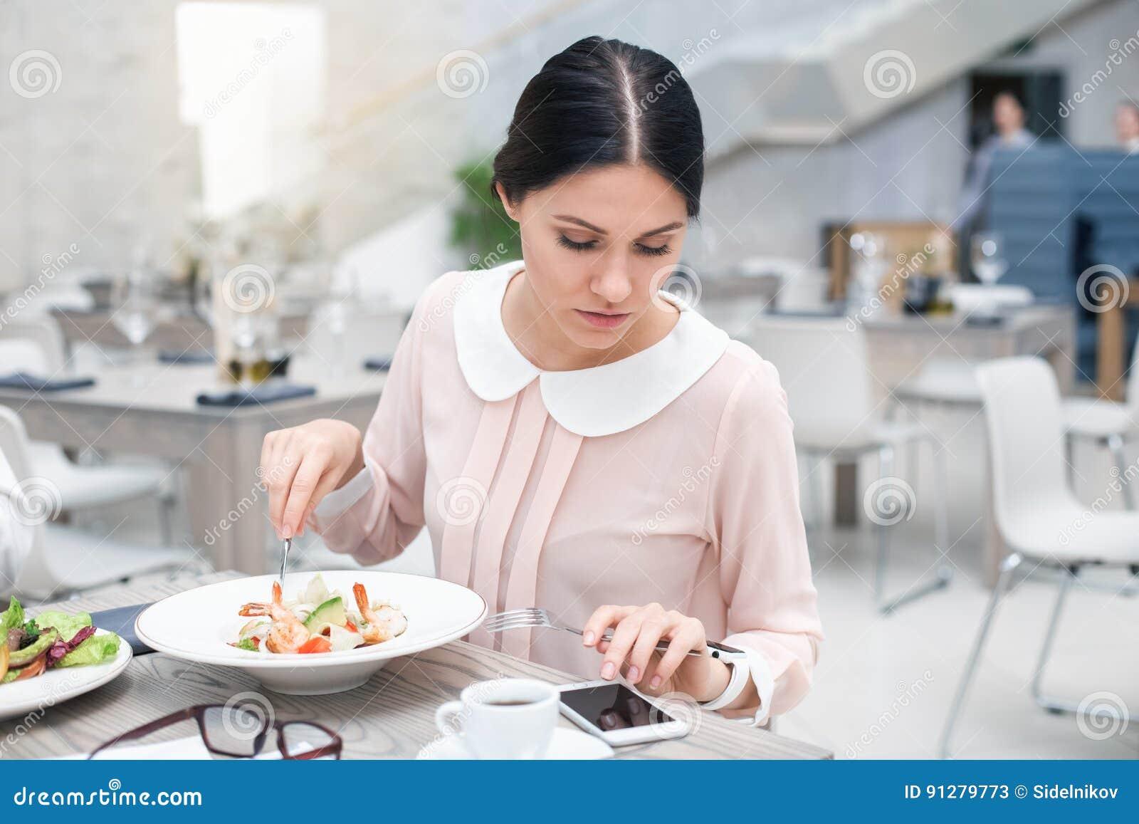 Affärskvinna i lyxig restaurang
