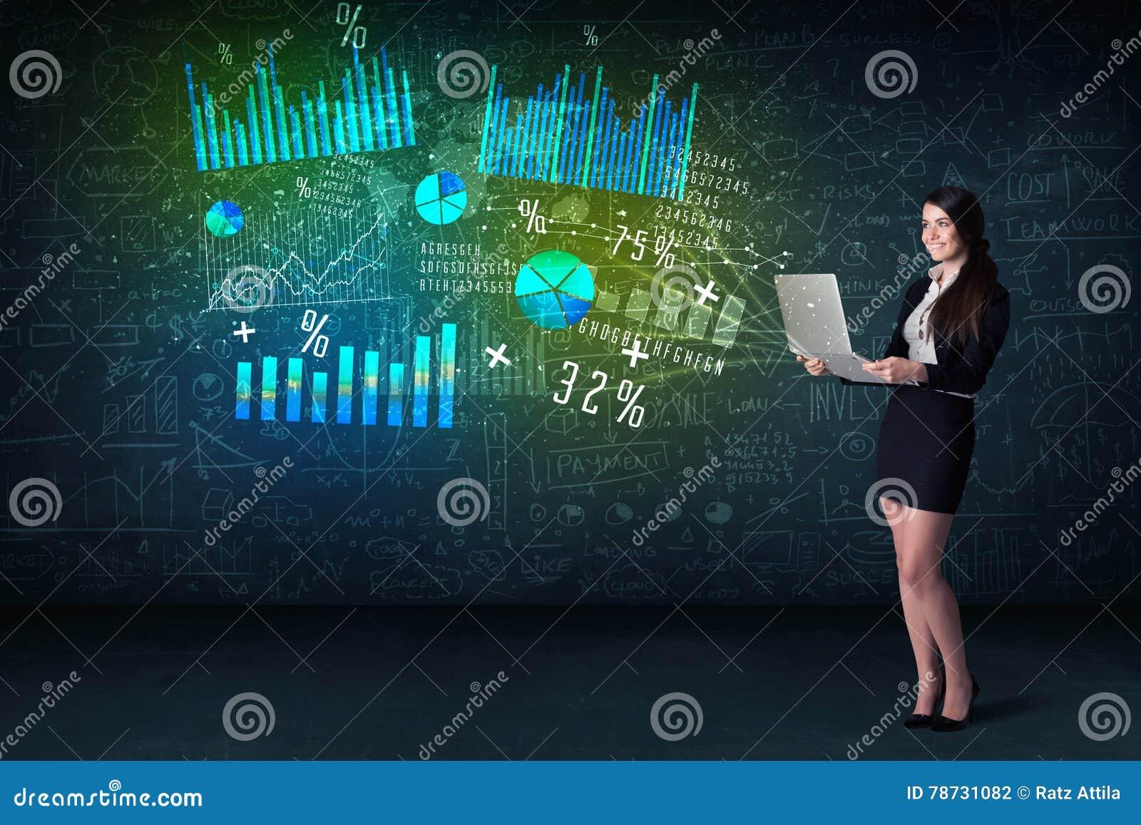Affärskvinna i regeringsställning med bärbara datorn i hand och tekniskt avancerad graf