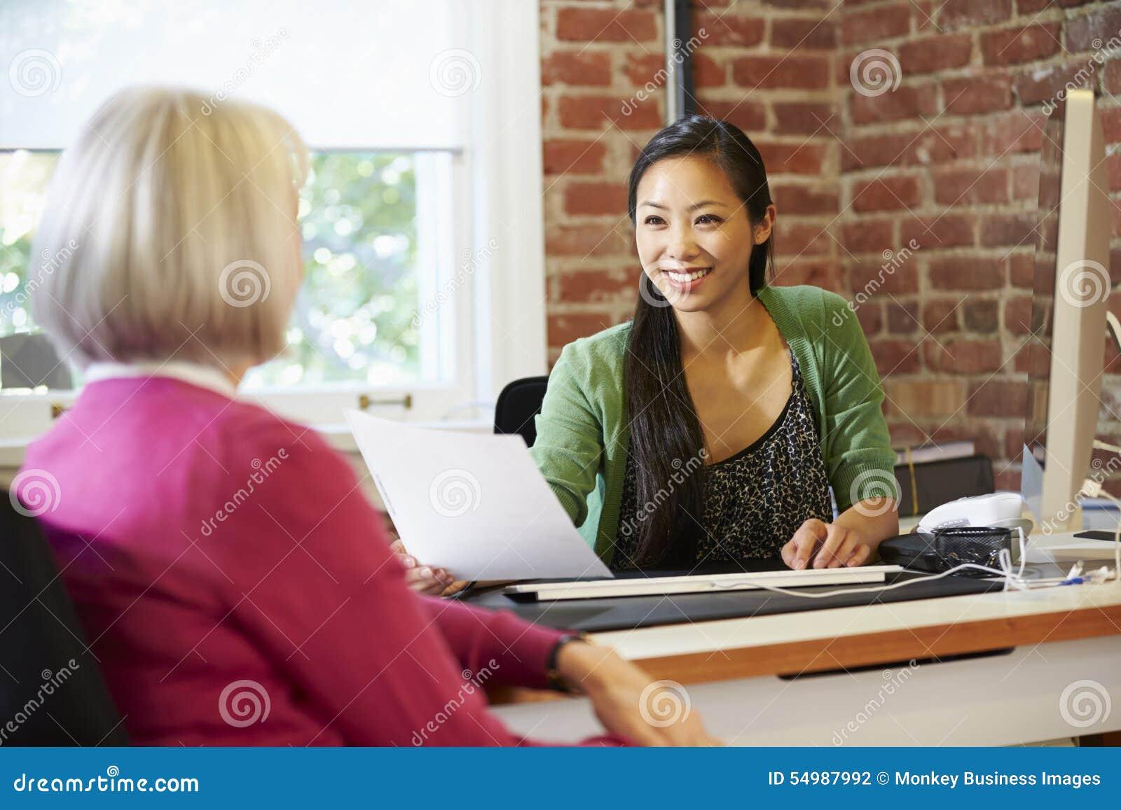 Affärskvinna Interviewing Female Job Applicant In Office