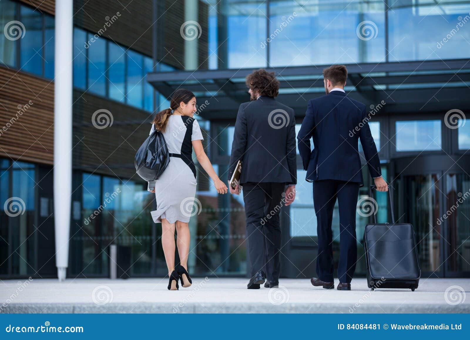 Affärskvinna med att gå för kollegor