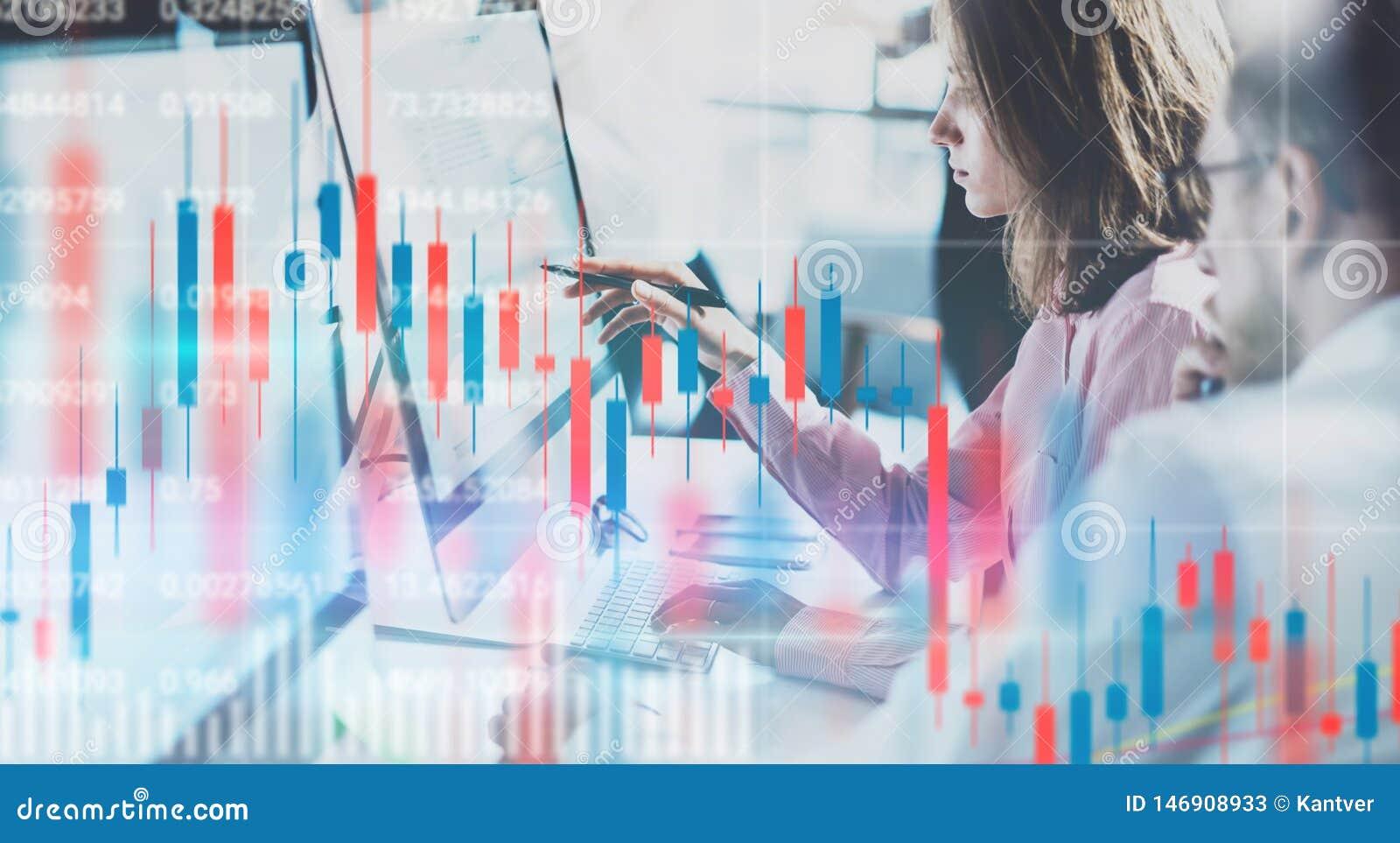 Affärskvinna och hennes kollega som sitter den främre bärbar datordatoren med finansiell grafer och statistik på bildskärm double