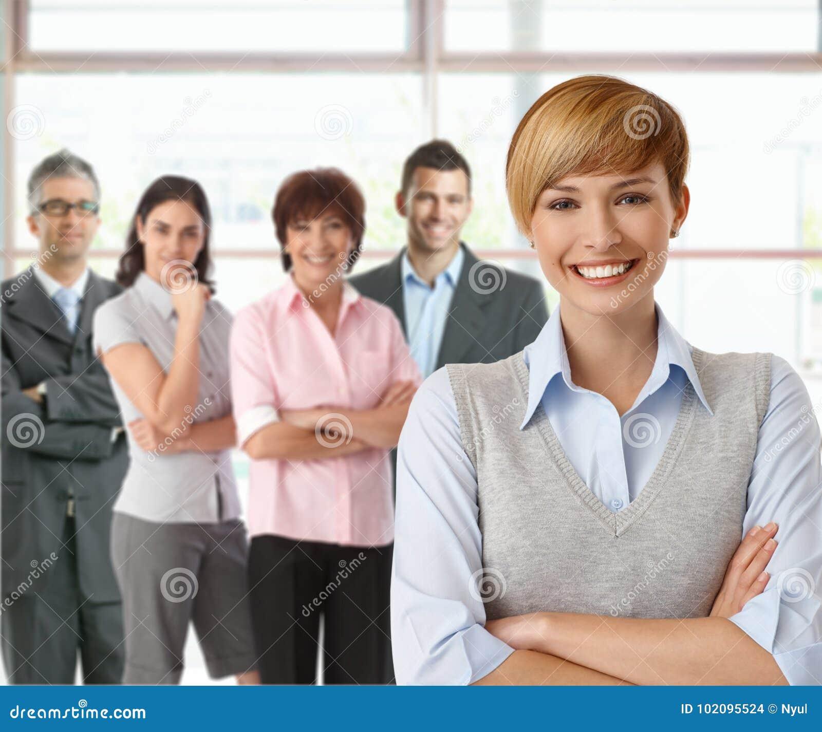 Affärskvinna och lag av lyckliga businesspeople