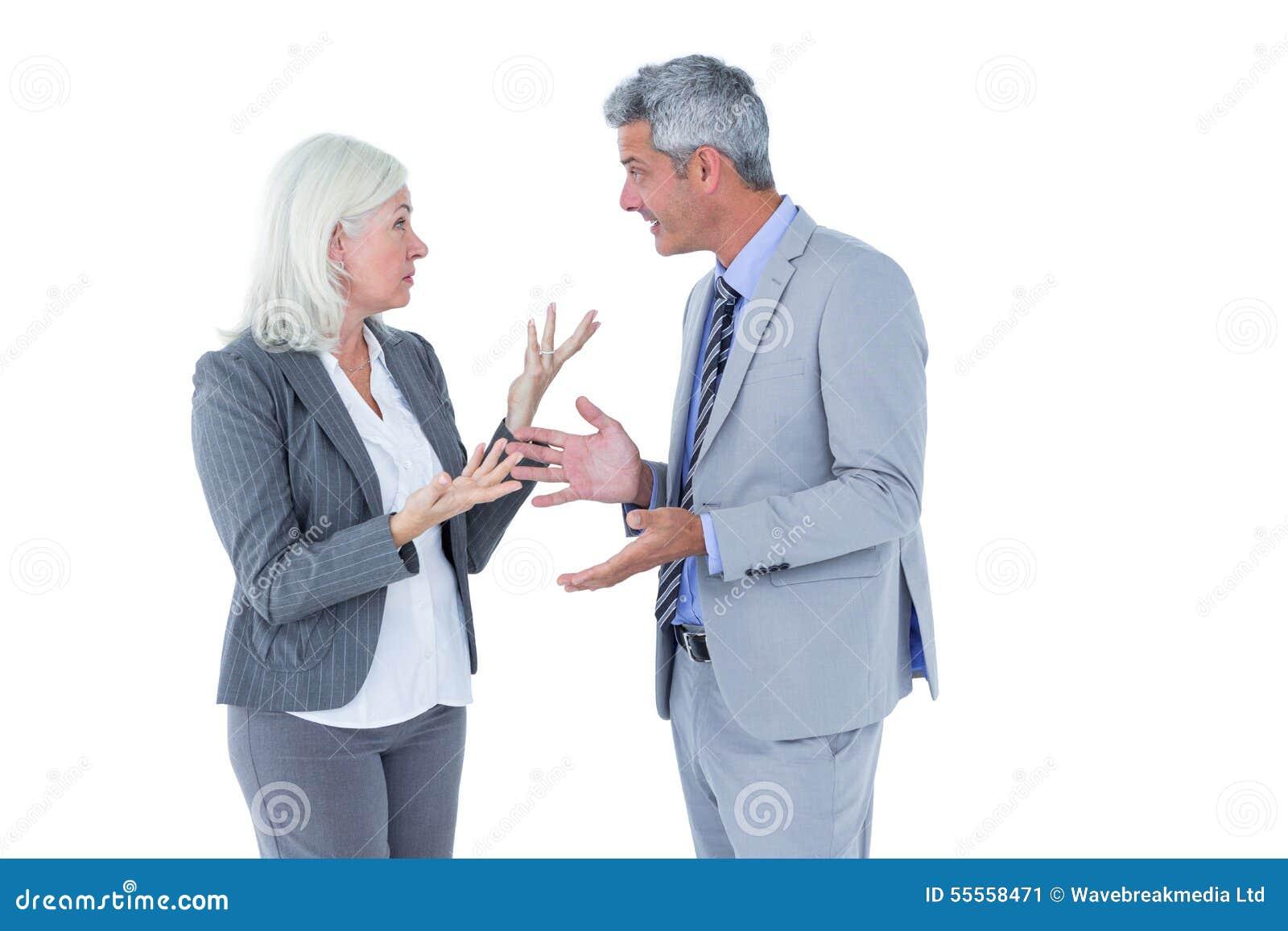 Affärskvinna som är ilsken mot hennes argumentera för kollega