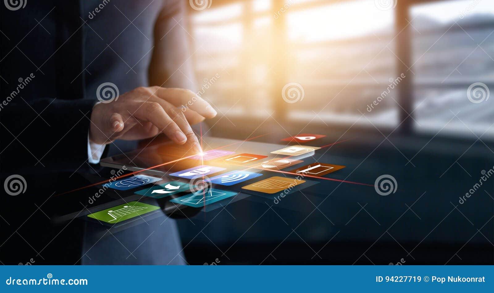 Affärskvinna som använder online-shopping- och symbolscu för mobila betalningar