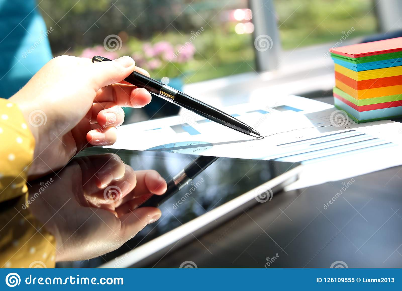 Affärskvinna som arbetar med grafer i kontoret