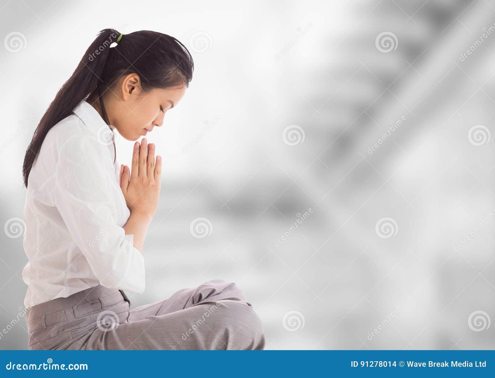 Affärskvinna som ber mot oskarp grå trappa
