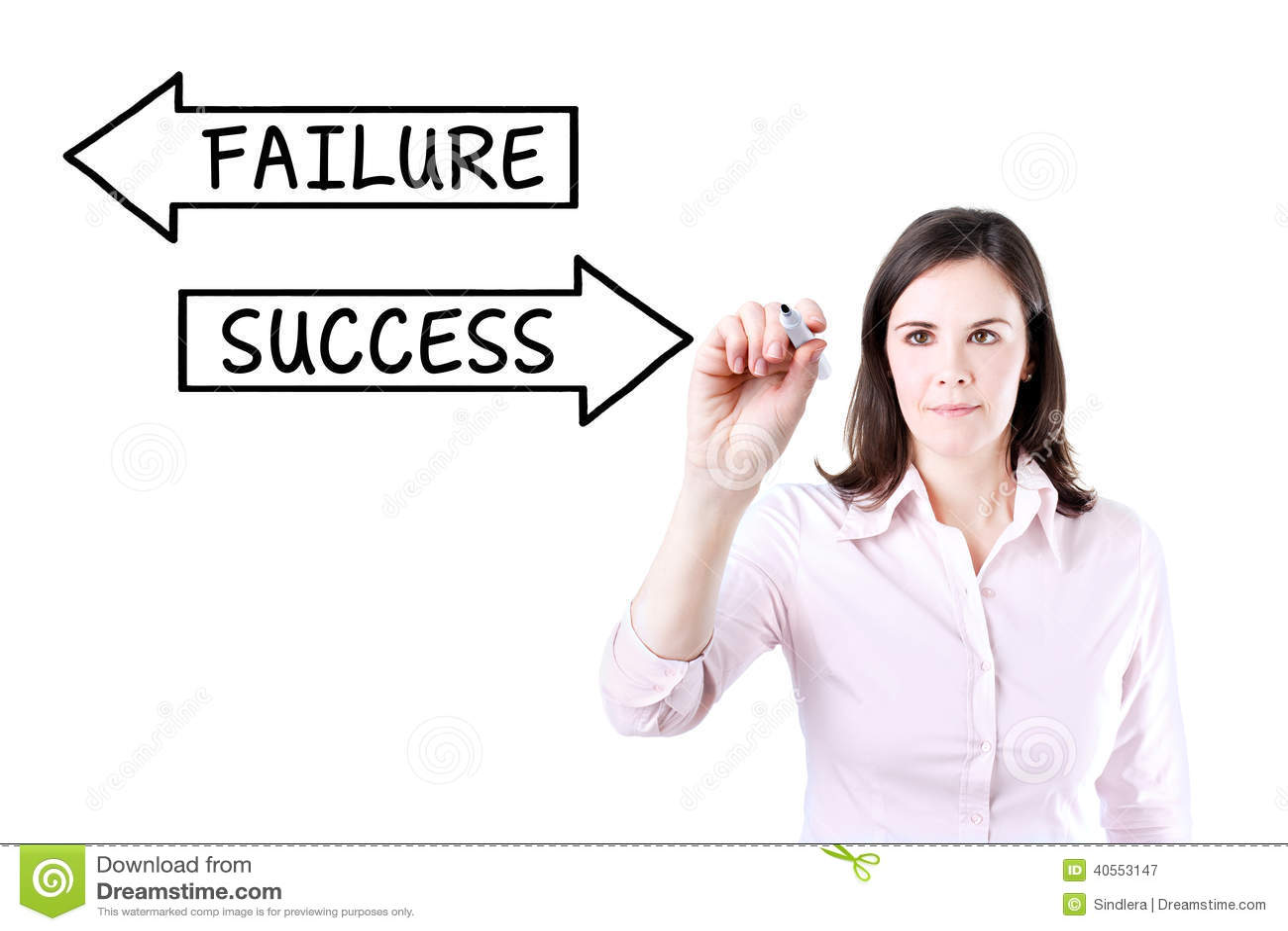 Affärskvinna som drar ett framgångbegrepp på den faktiska skärmen