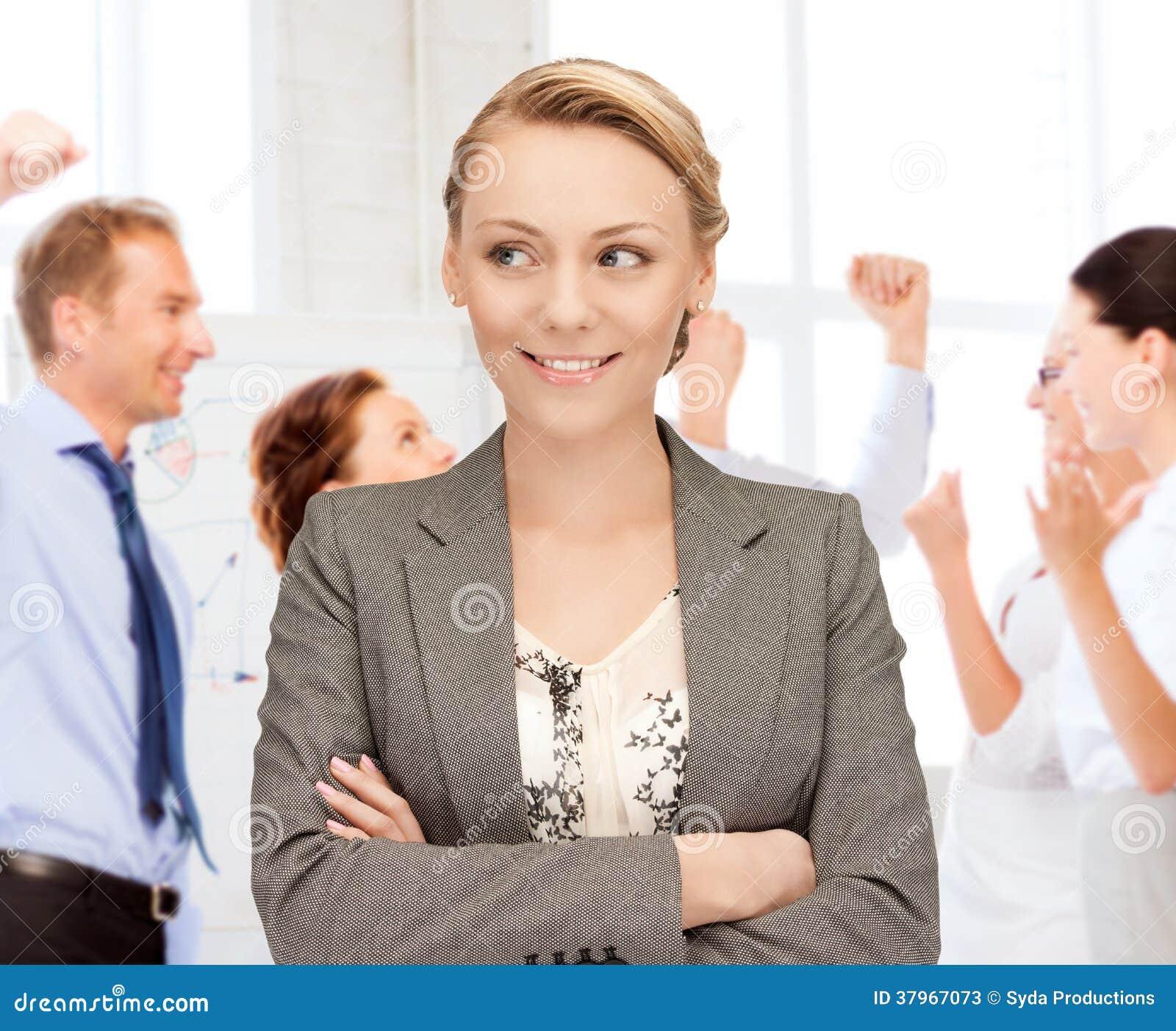 Affärskvinna som i regeringsställning firar succes