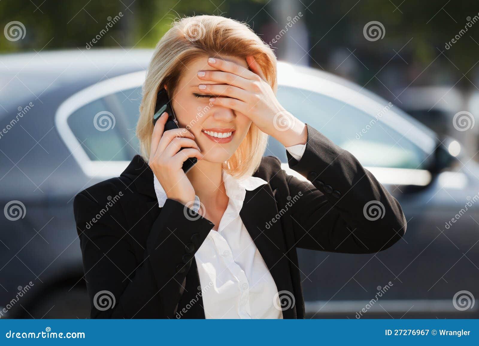 Affärskvinna som kallar på telefonen