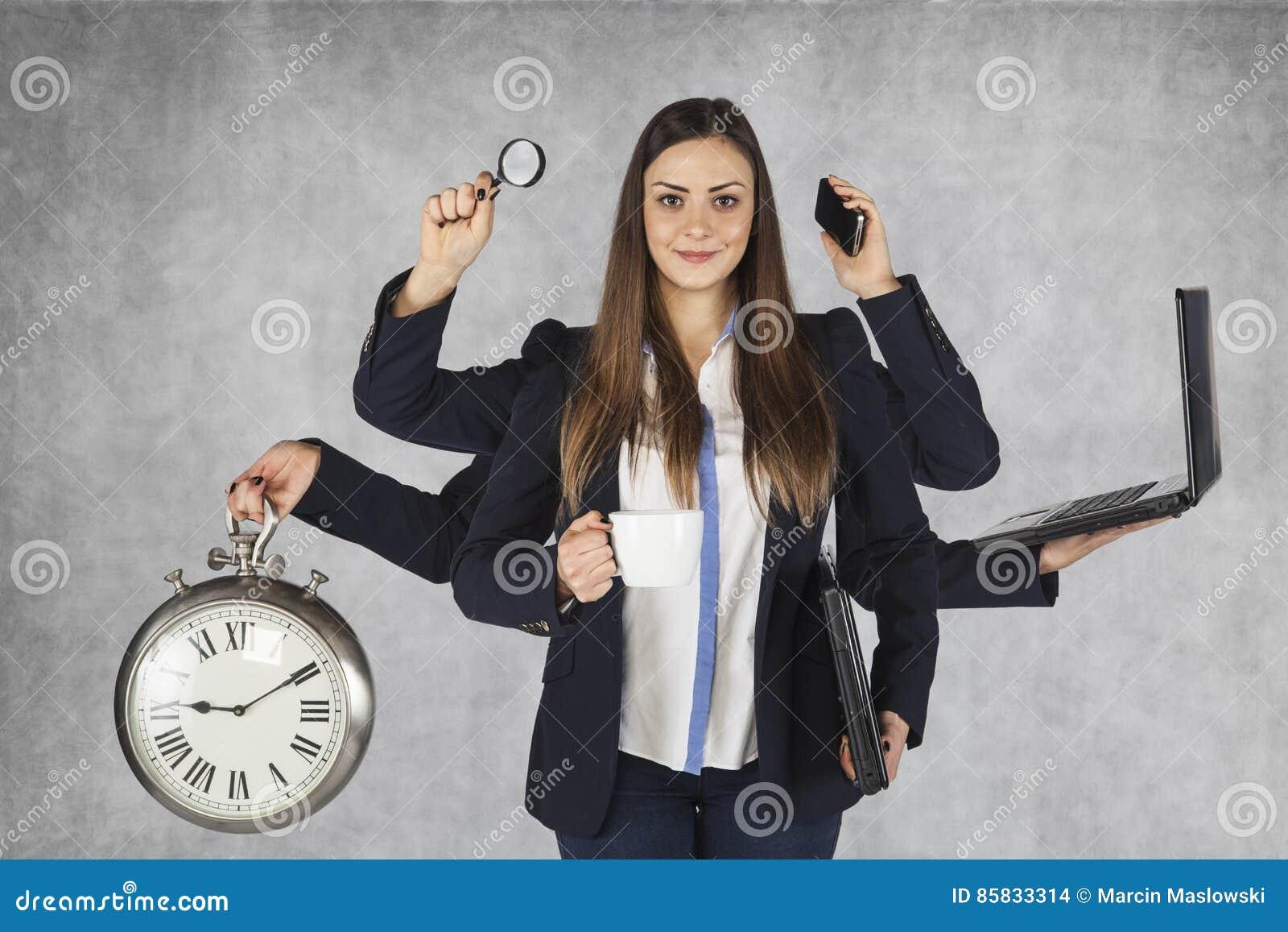Affärskvinna som kan användas till mycket med ett stort antal händer