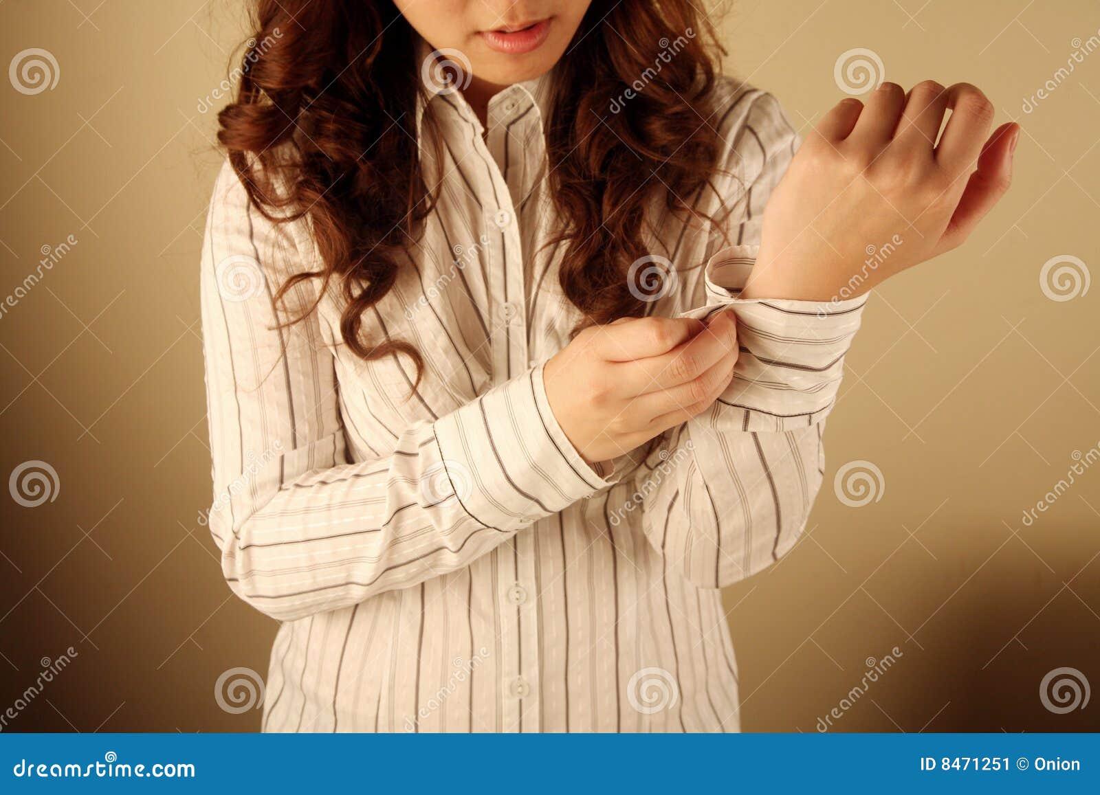 Affärskvinna som knäppas upp henne muff