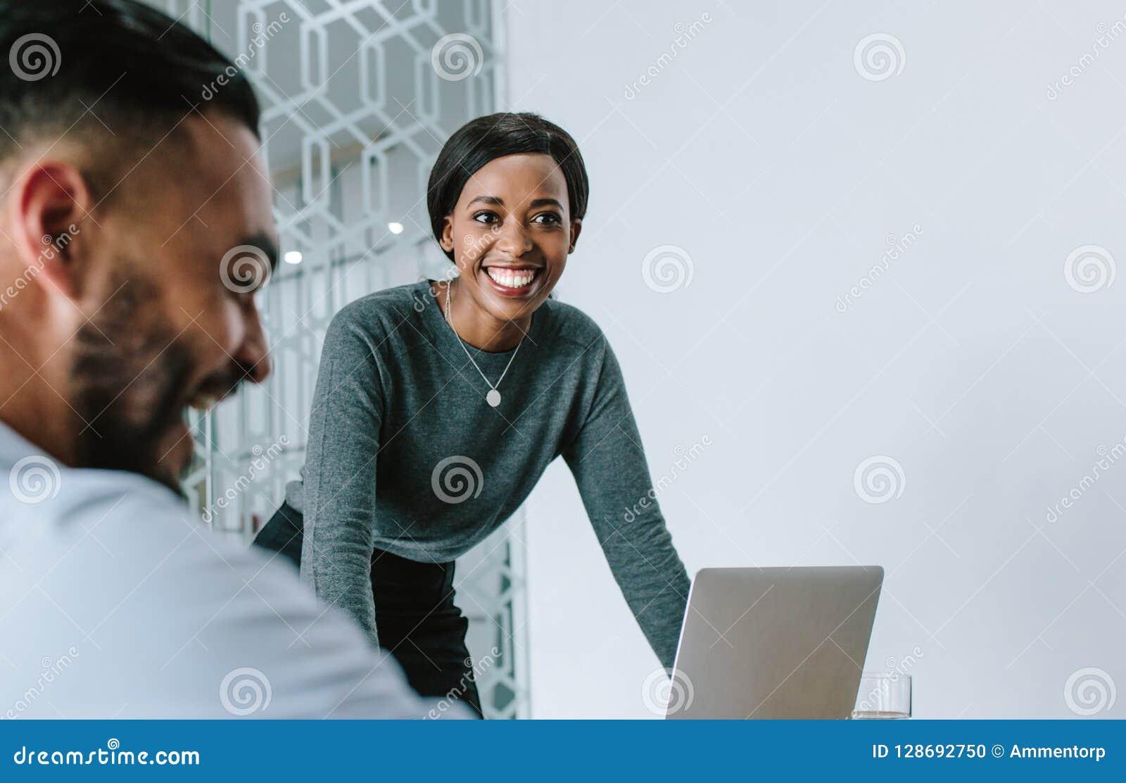Affärskvinna som ler under presentation