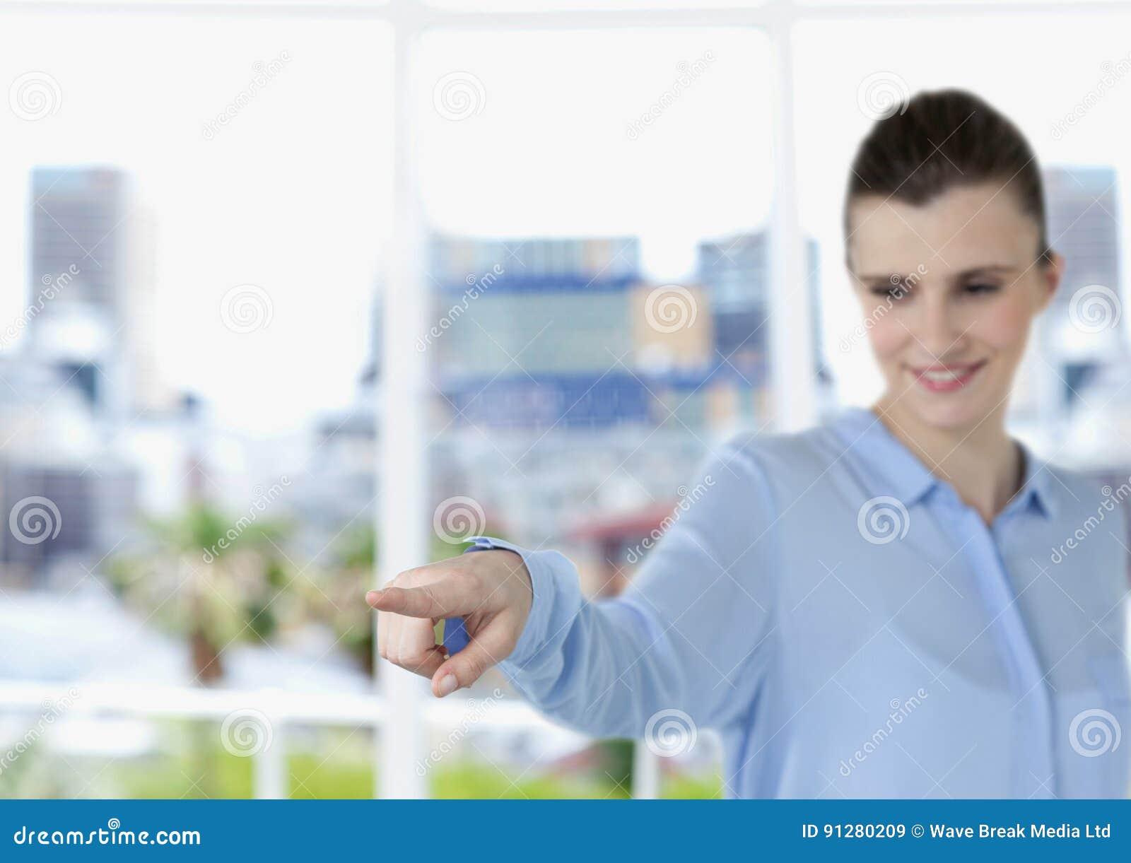 Affärskvinna som pekar att le