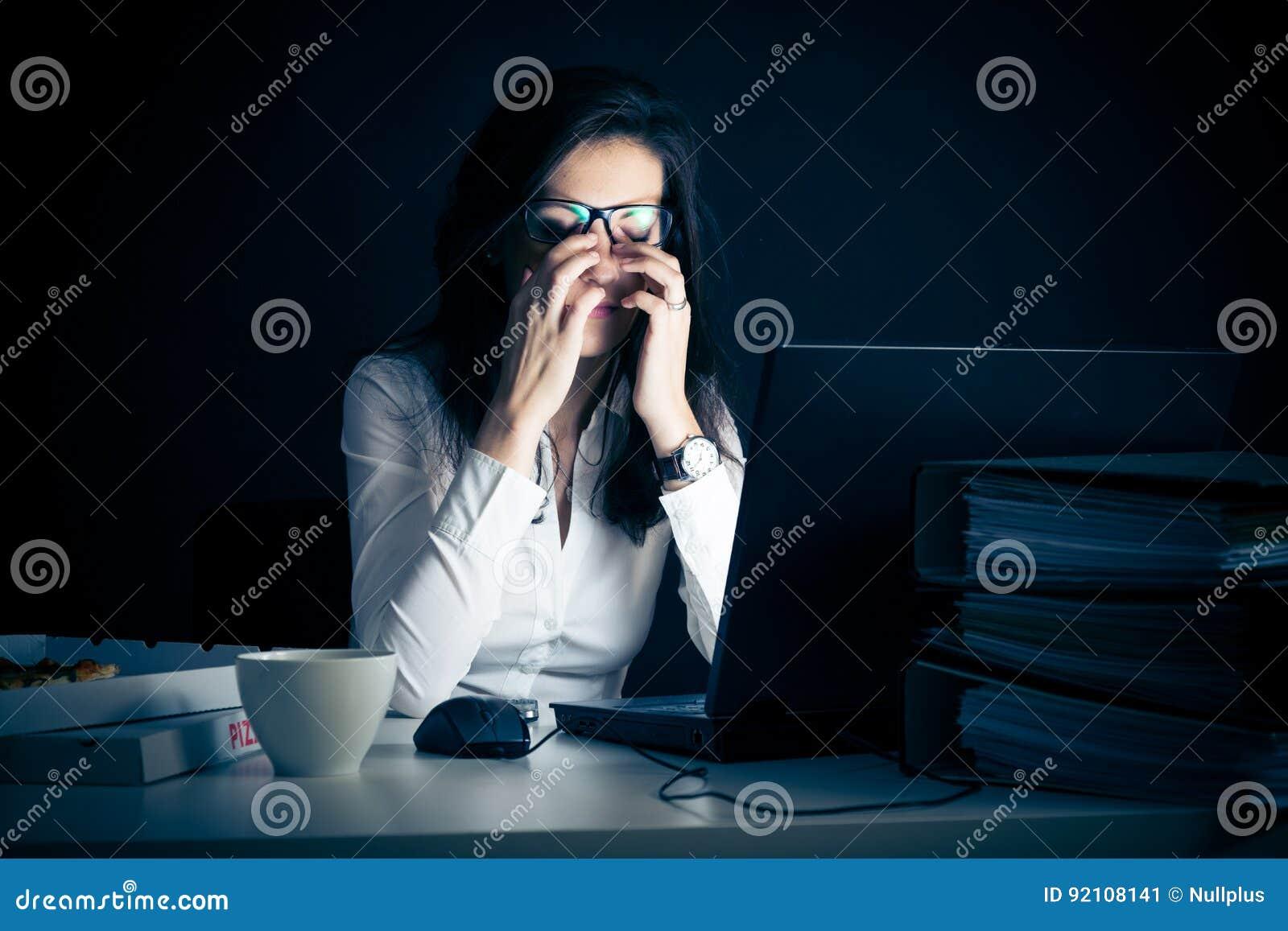 Affärskvinna som sent arbetar