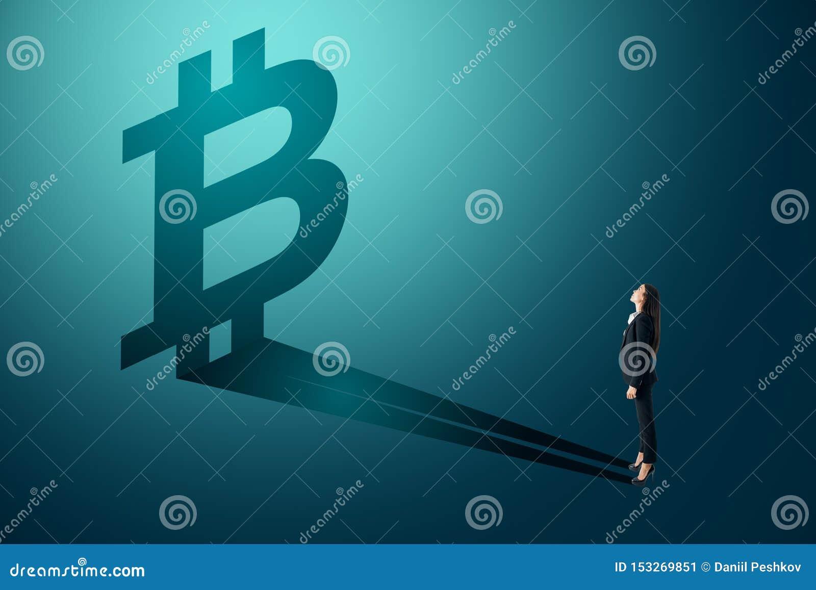 Affärskvinna som ser bitcoinskugga