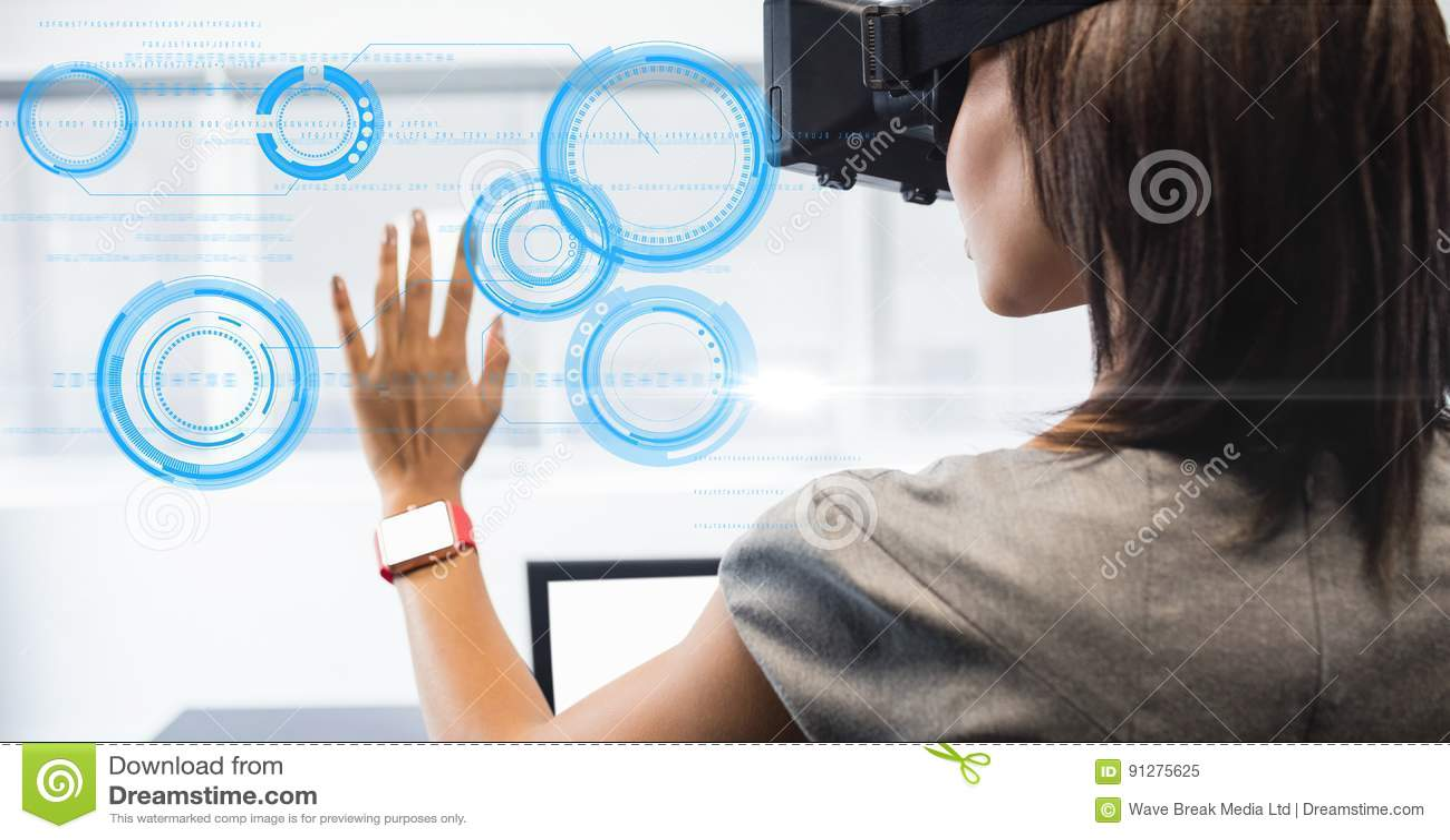 Affärskvinna som ser cirkeln på VR-exponeringsglas