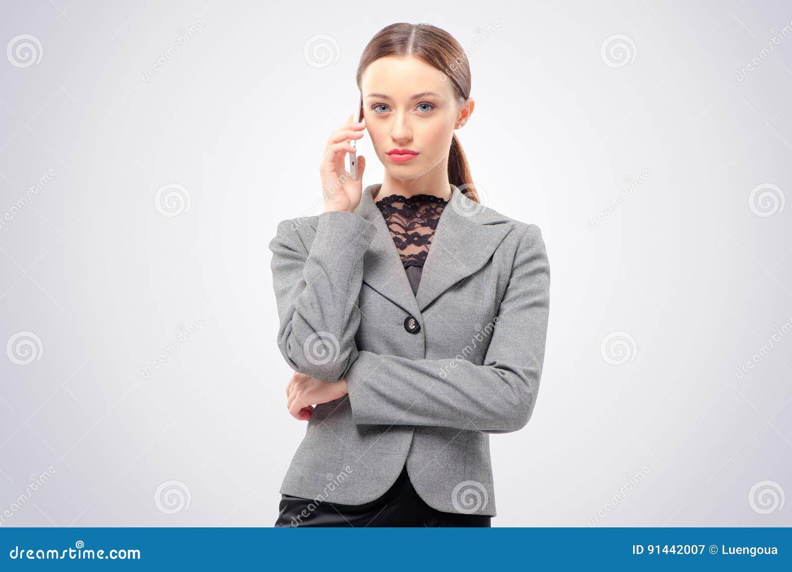 Affärskvinna som talar på den mobila telefonen