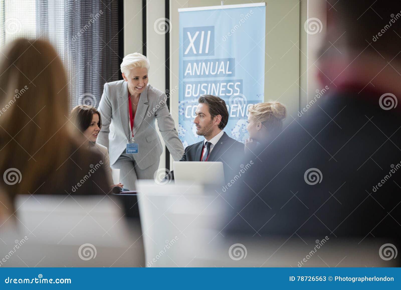 Affärskvinna som talar till kollegor under seminarium