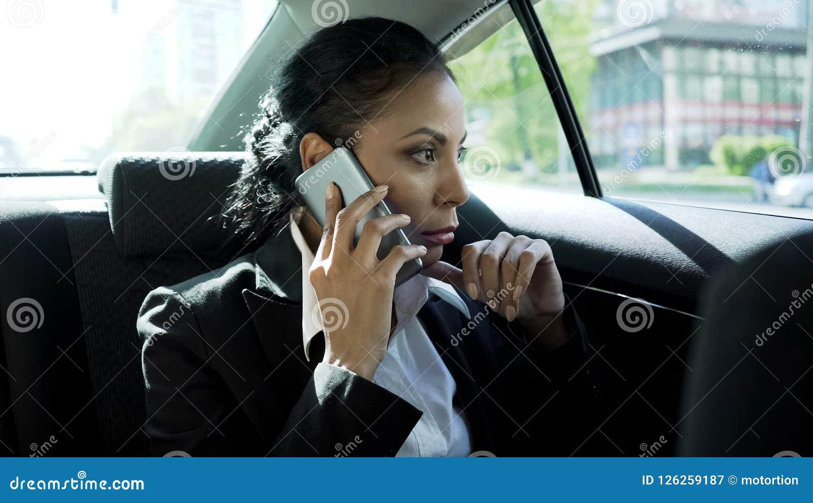 Affärskvinna som tar på telefonen i bilen, stressigt liv av damframstickandet, karriär