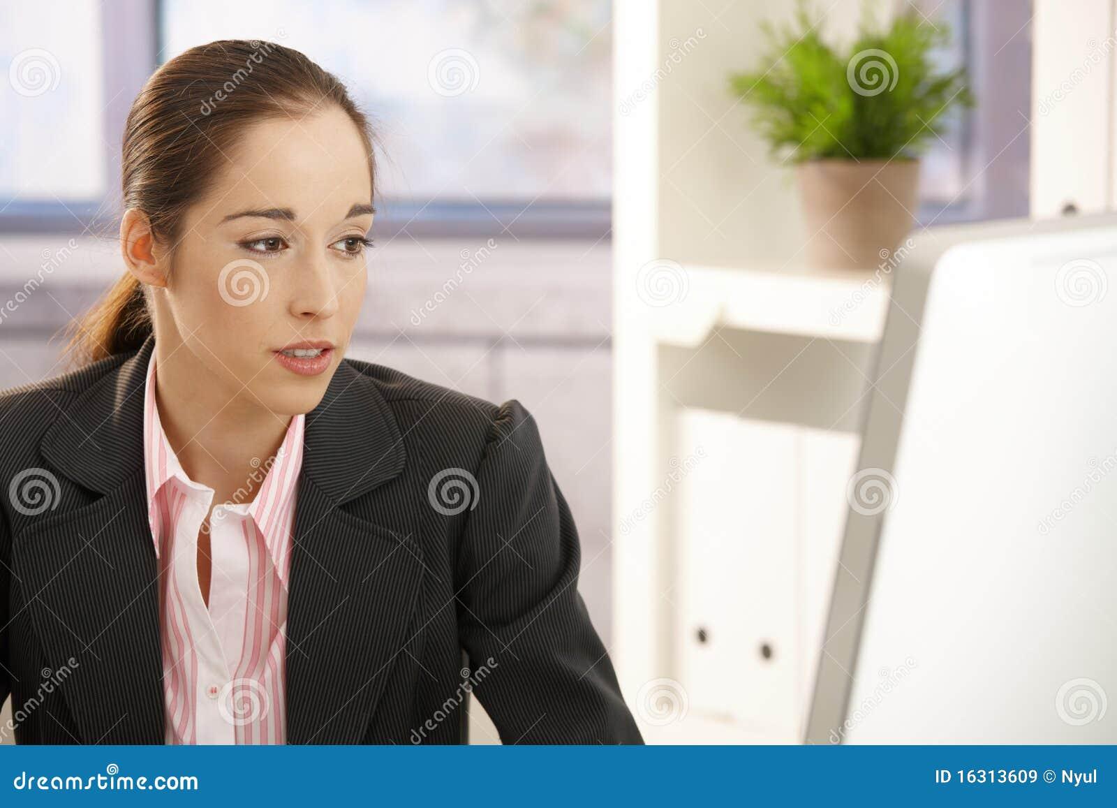 Affärskvinnaarbetsbarn