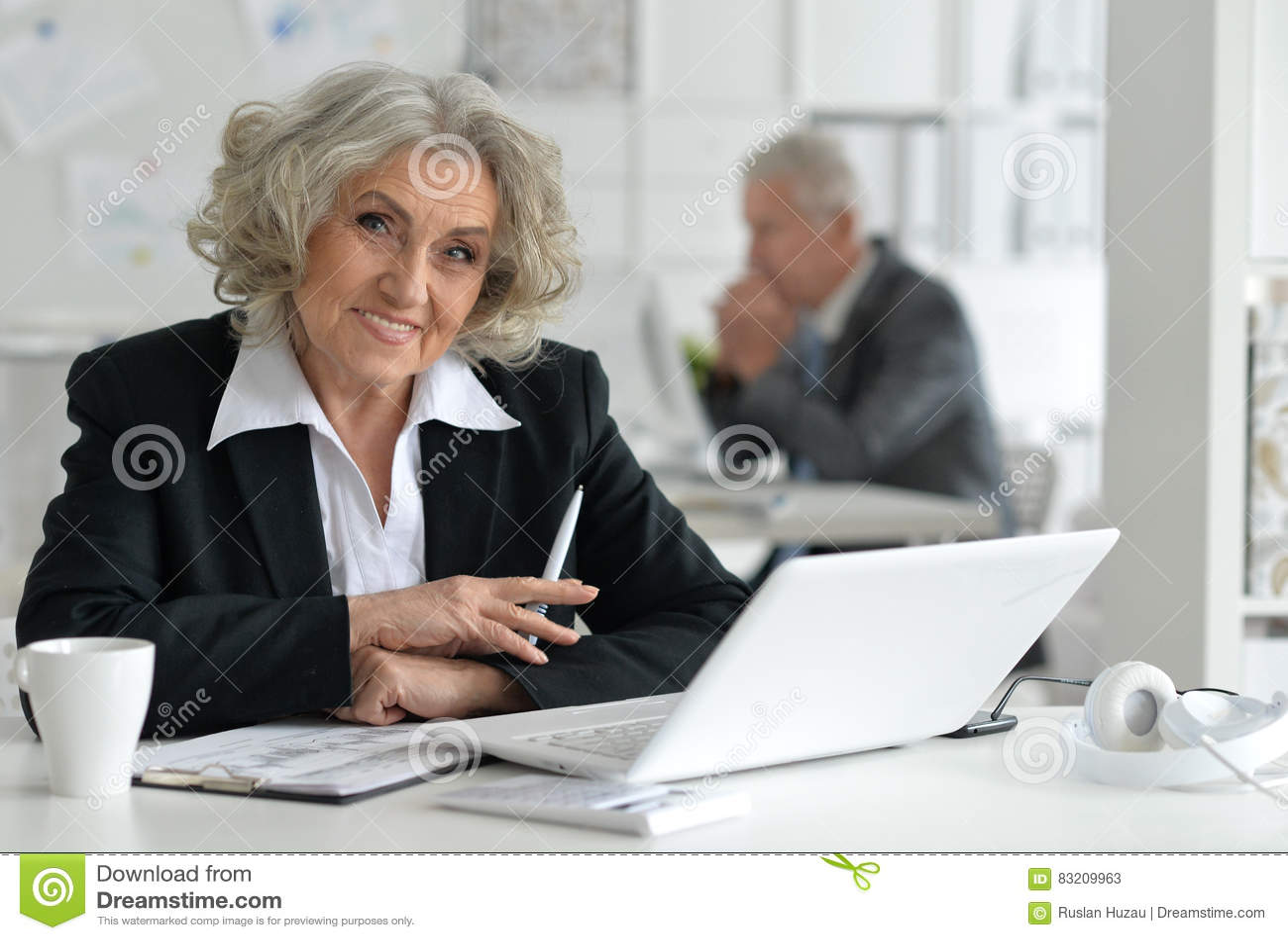 Affärskvinnabärbar datorpensionär
