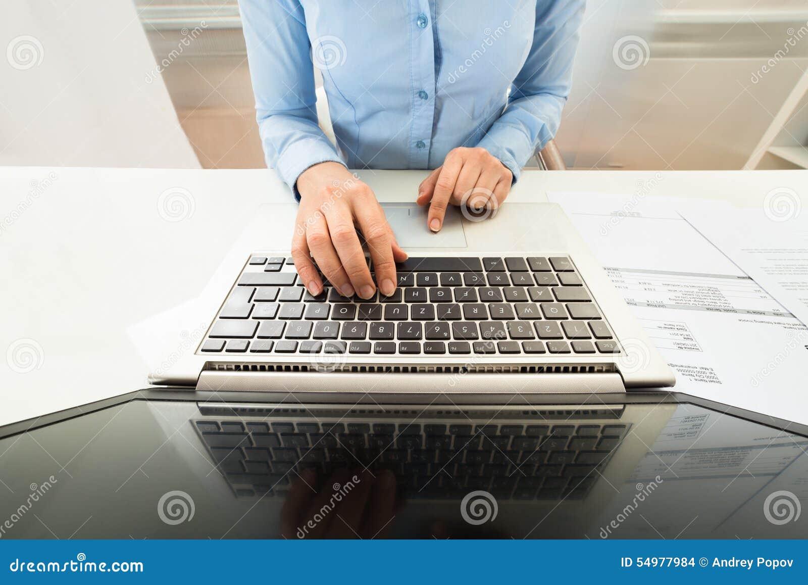 Affärskvinnabärbar datorworking