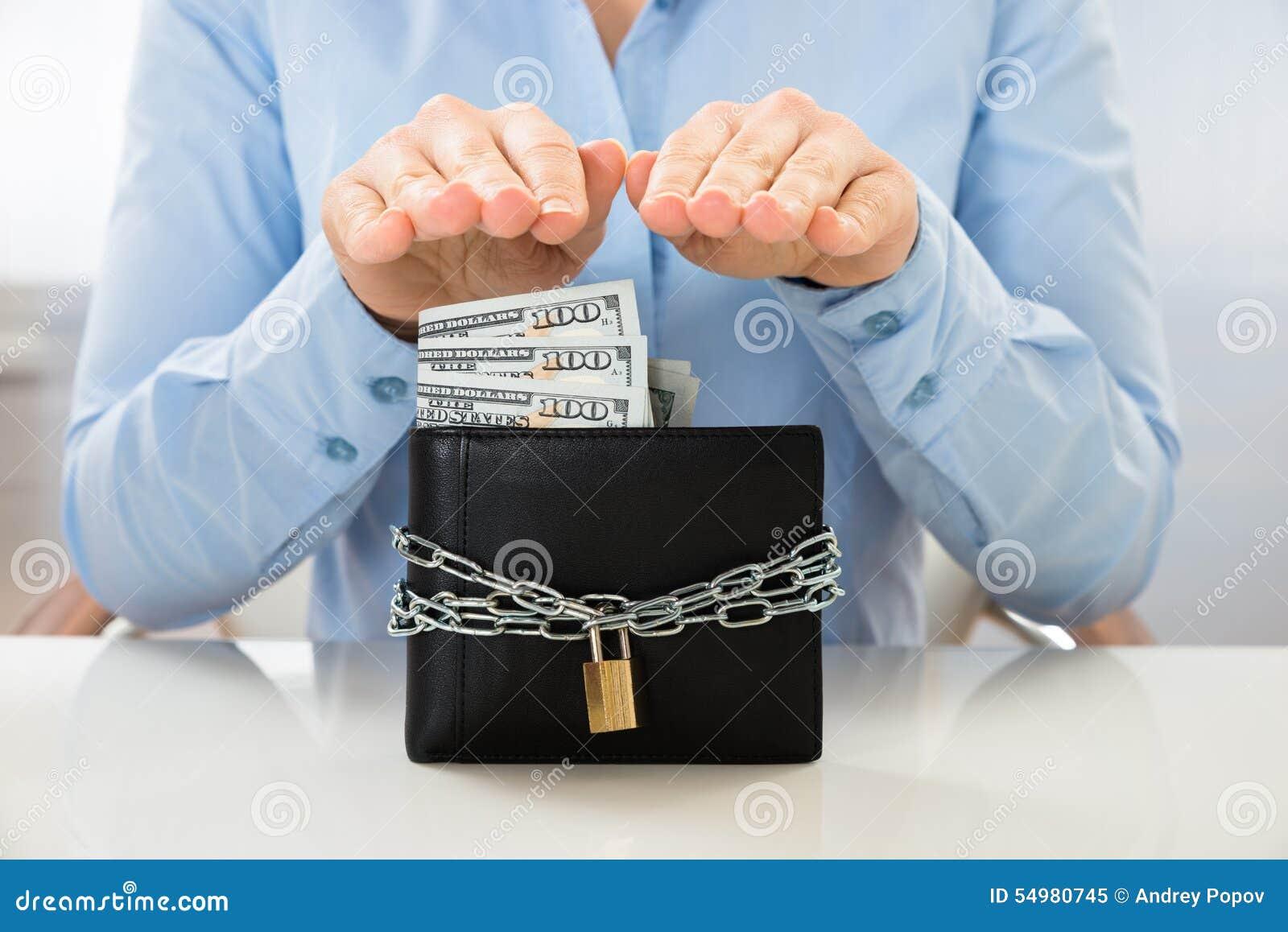 Affärskvinnabesparingsedel i plånbok med låset