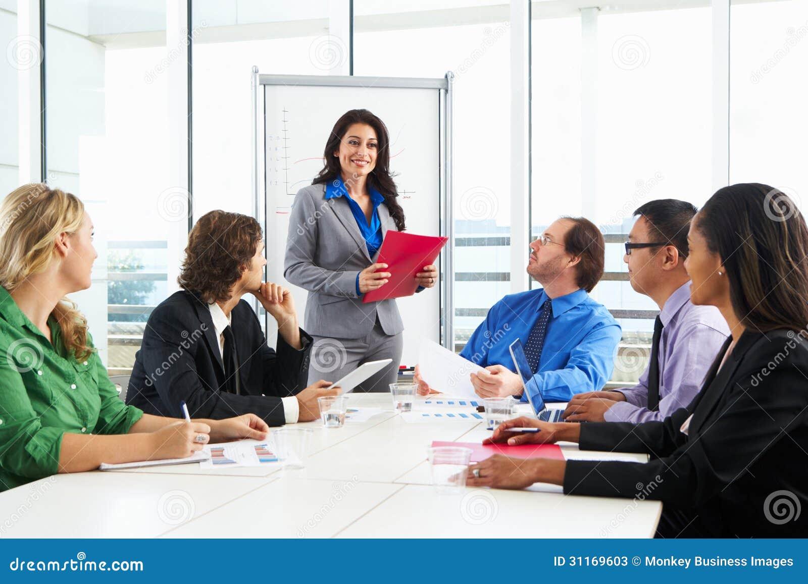 AffärskvinnaConducting Meeting In styrelse