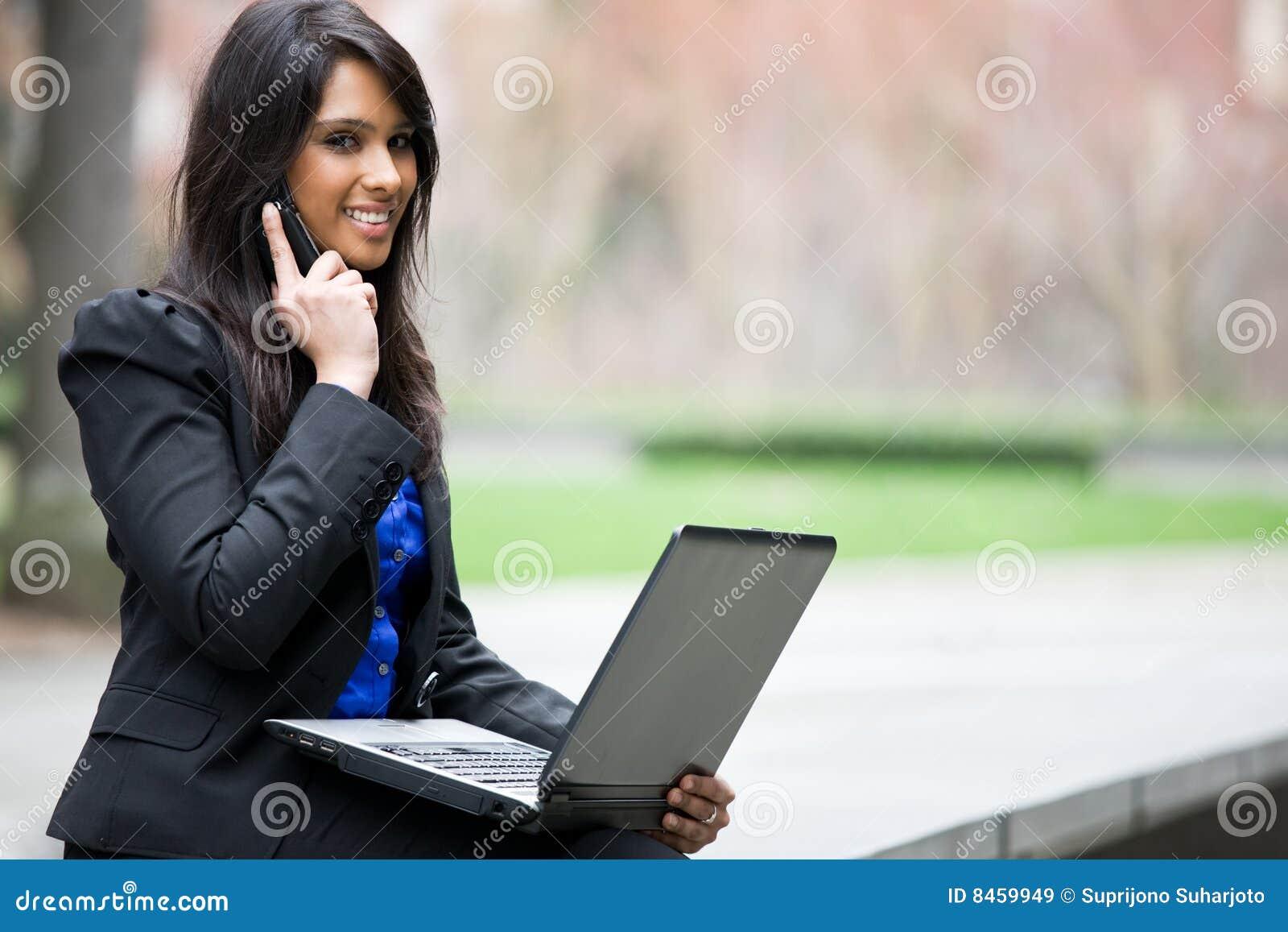 Affärskvinnaindierbärbar dator