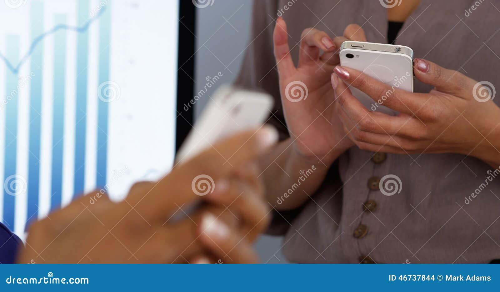 Affärskvinnakvinnors händer som arbetar på mobiltelefoner