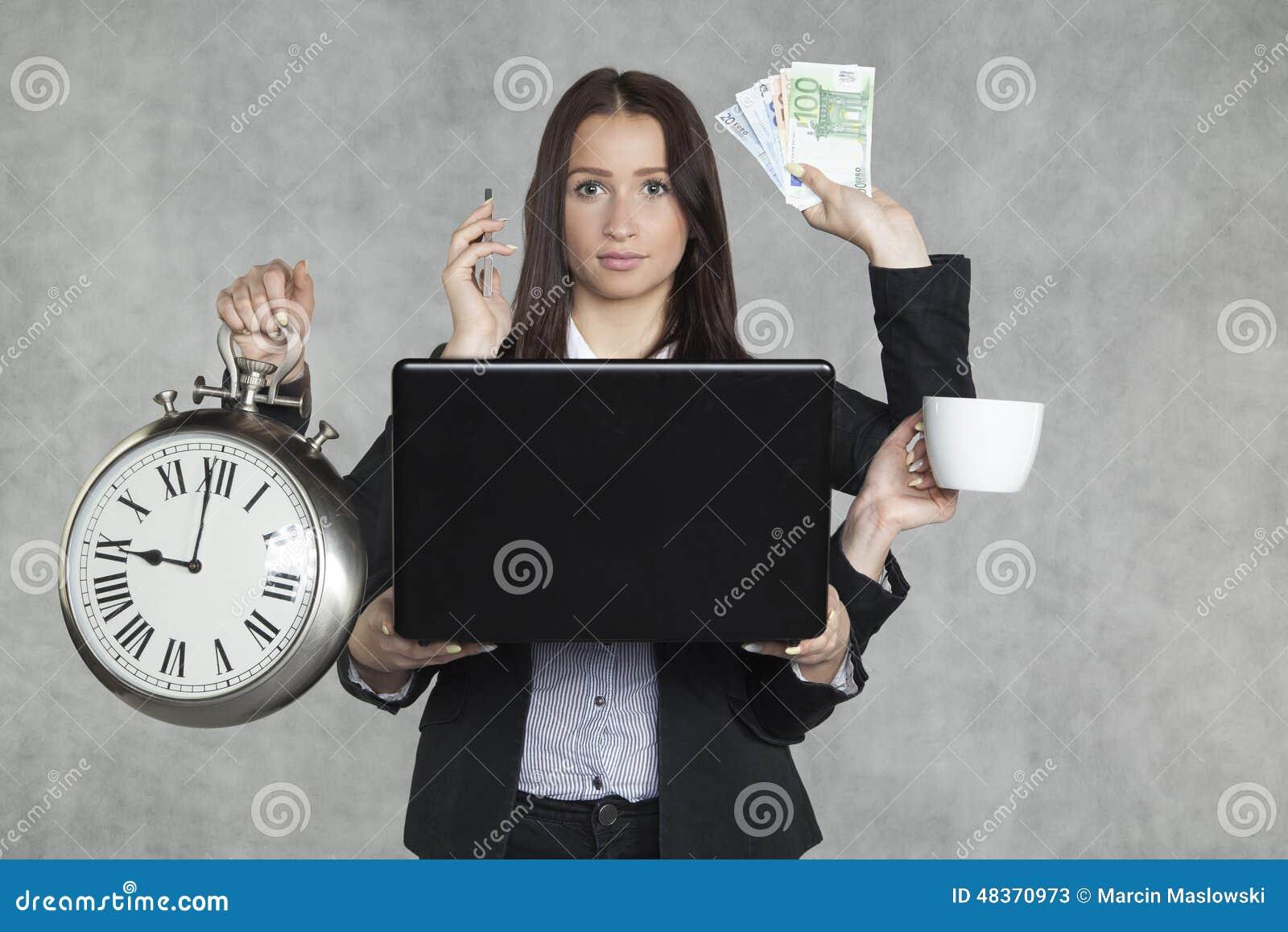 Affärskvinnan är mycket multitaskingen