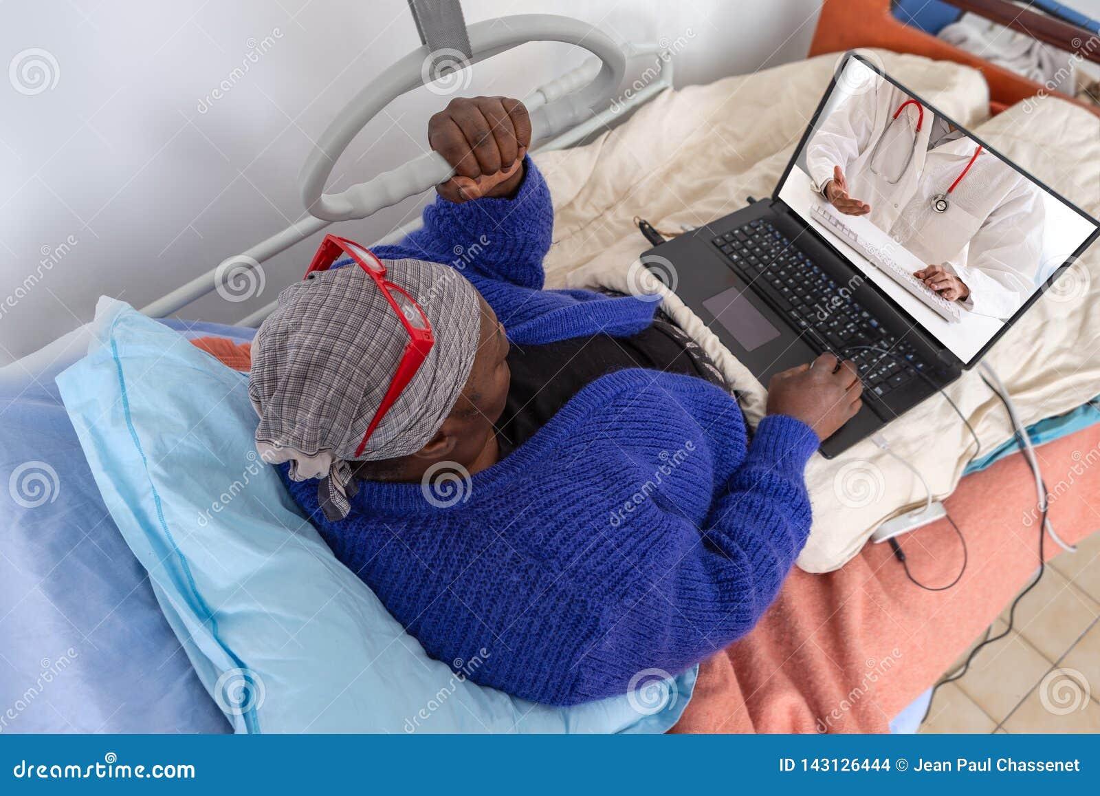 Affärskvinnan fortsätter homeworking på den tiden av den hem- inläggningen på sjukhus Stag i säng ha internetkonsultation med