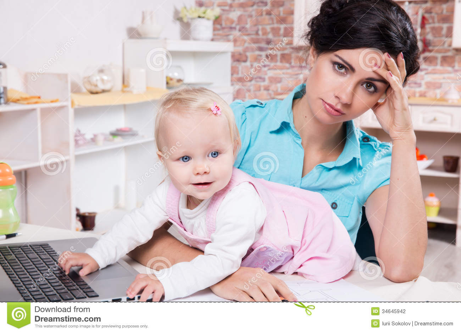 Affärskvinnan med bärbara datorn och hennes behandla som ett barn flickan