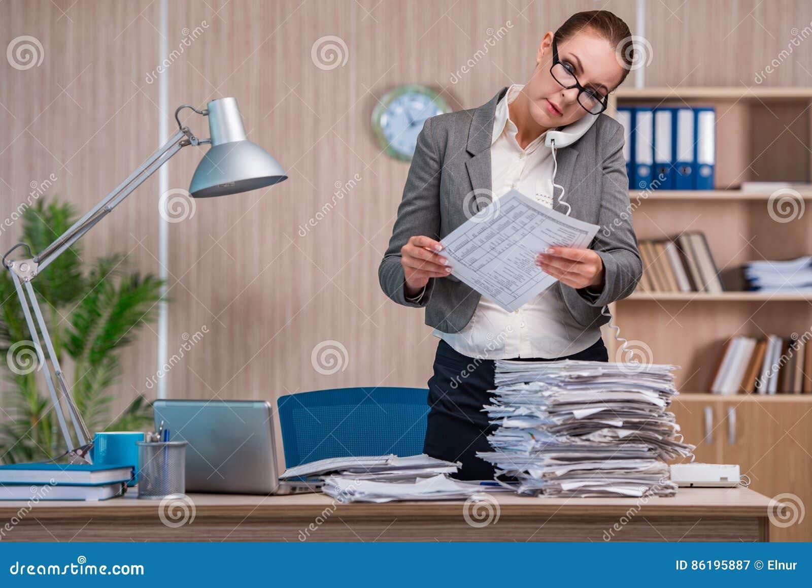 Affärskvinnan som arbetar i kontoret
